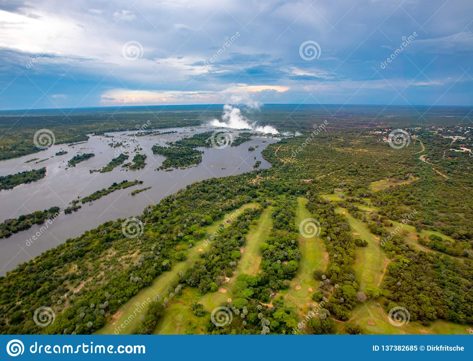 Pluim van beroemde Victoria Falls in Zimbabwe