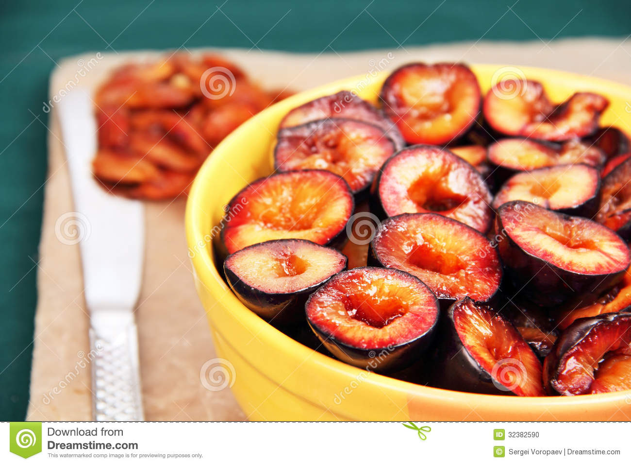 how to cut a plum into wedges