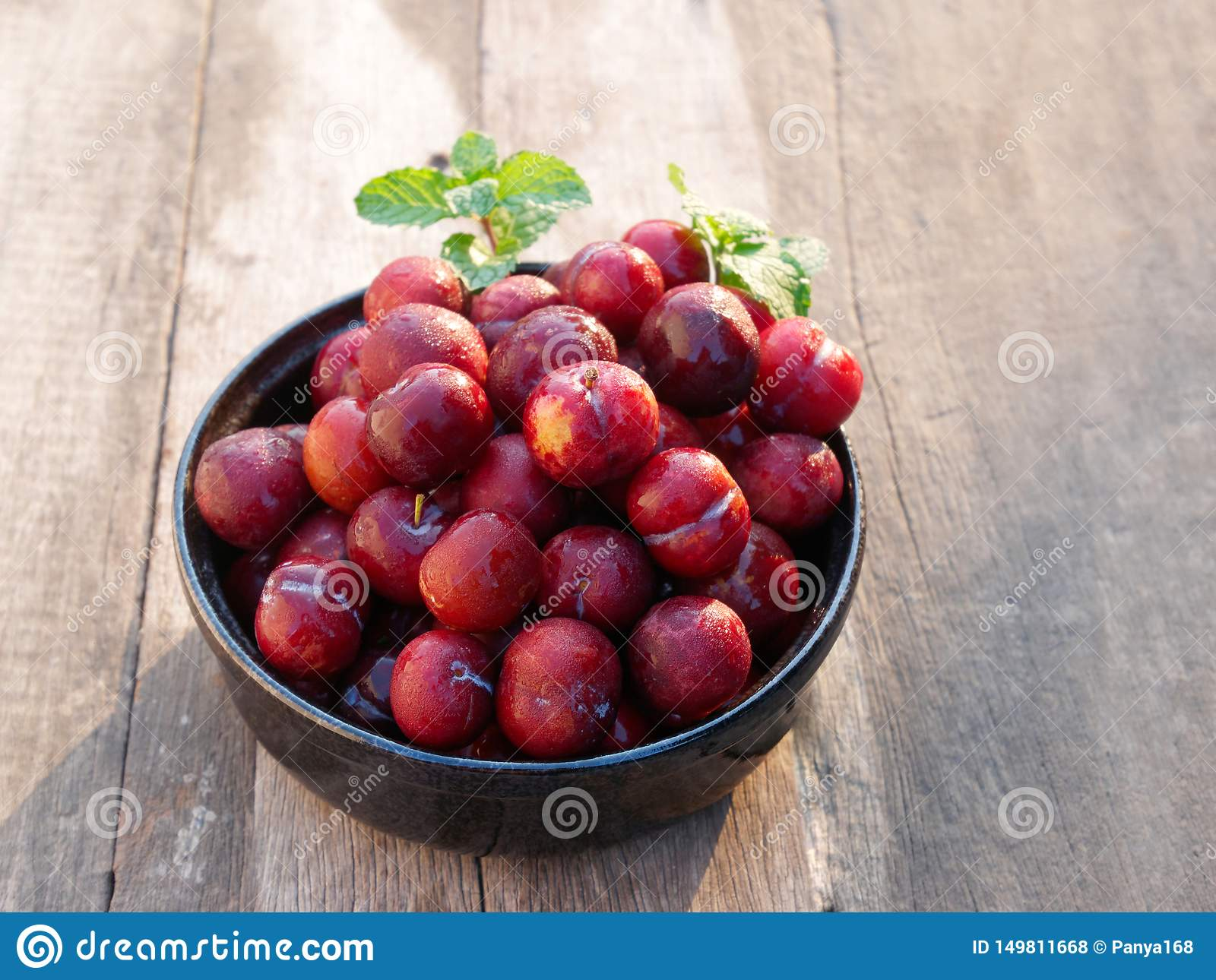 Plum Ju-li. the fruit is similar to the Red Ban Luang species. But the result will be smaller