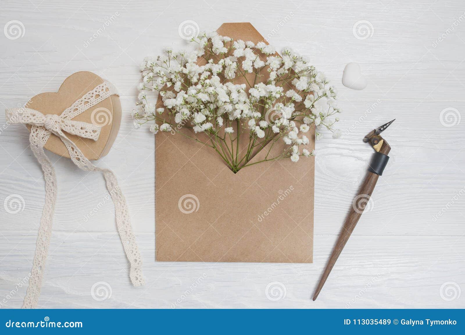 Pluma caligráfica un sobre con las flores y una letra, tarjeta de felicitación para el día de tarjetas del día de San Valentín co