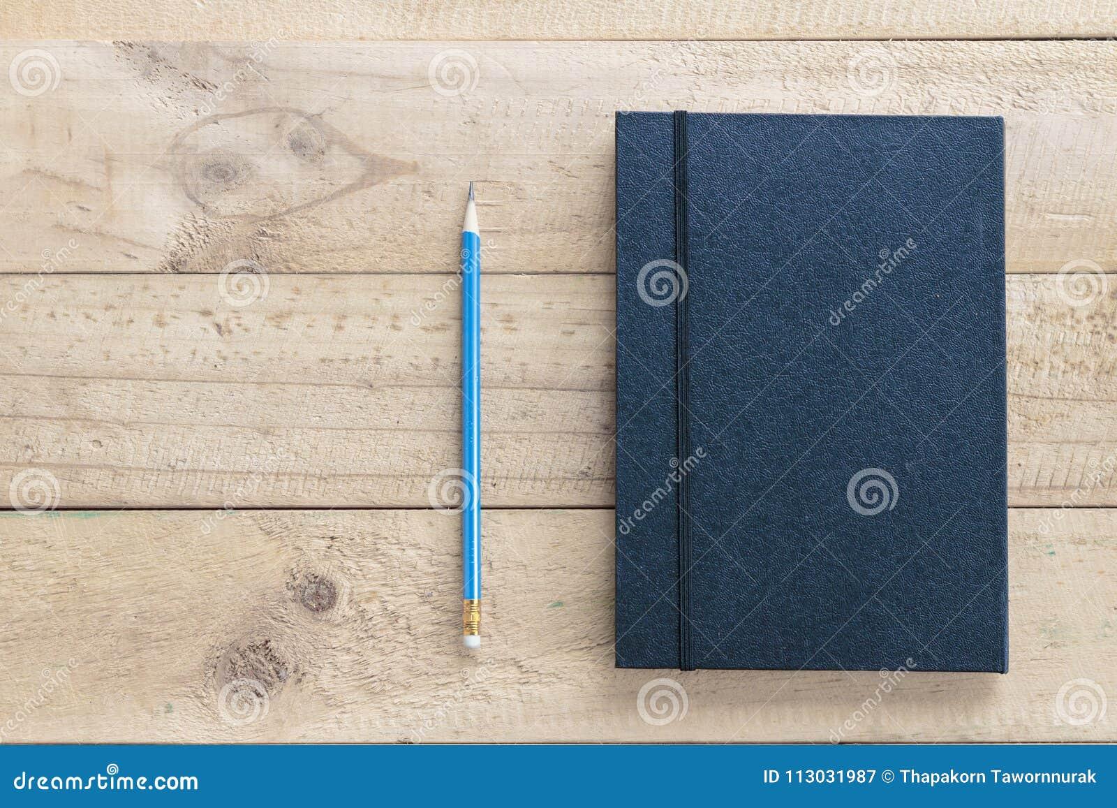 Pluma con el cuaderno de cuero negro