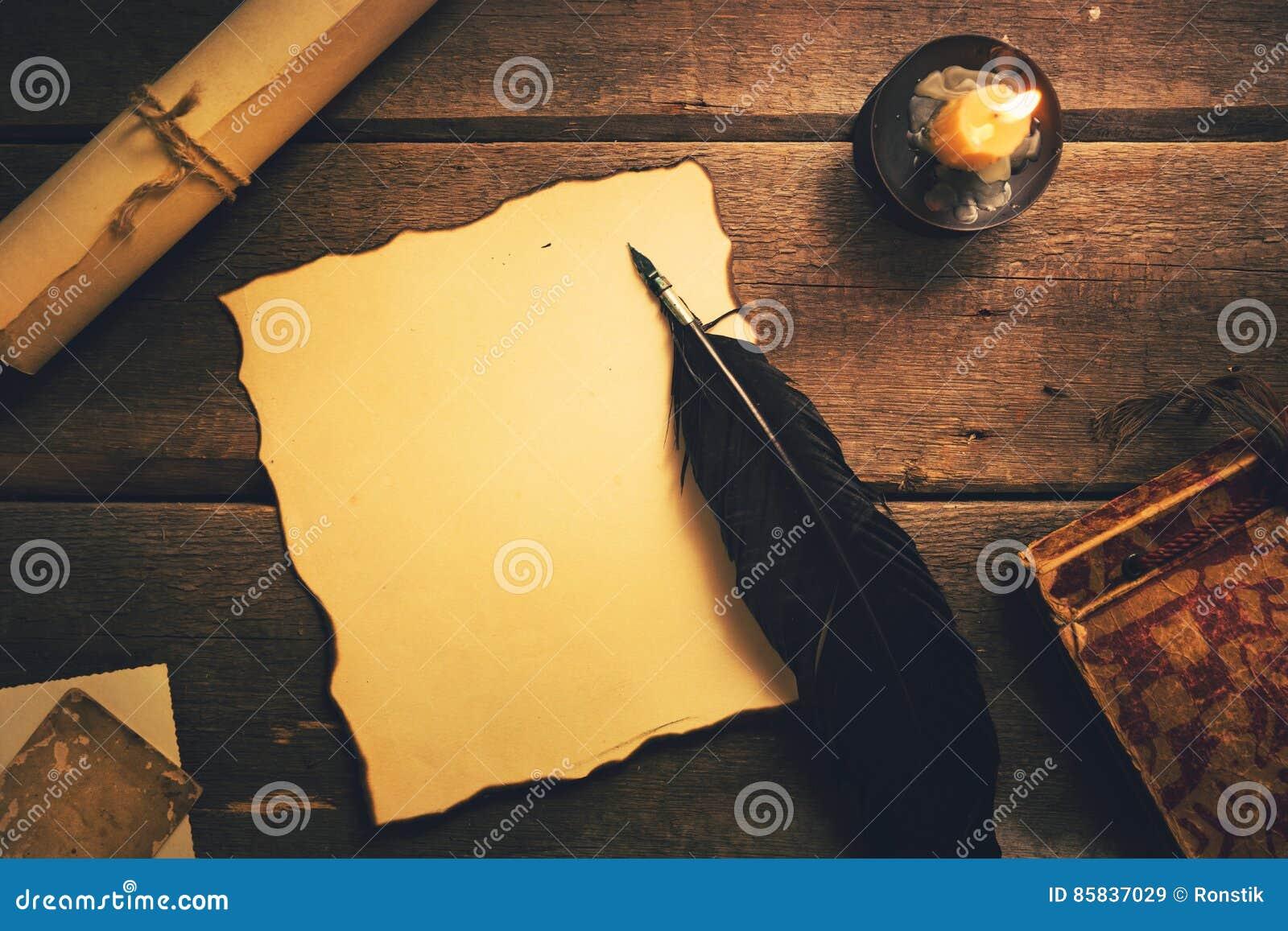 Pluma de canilla del vintage en la hoja vieja del papel en blanco