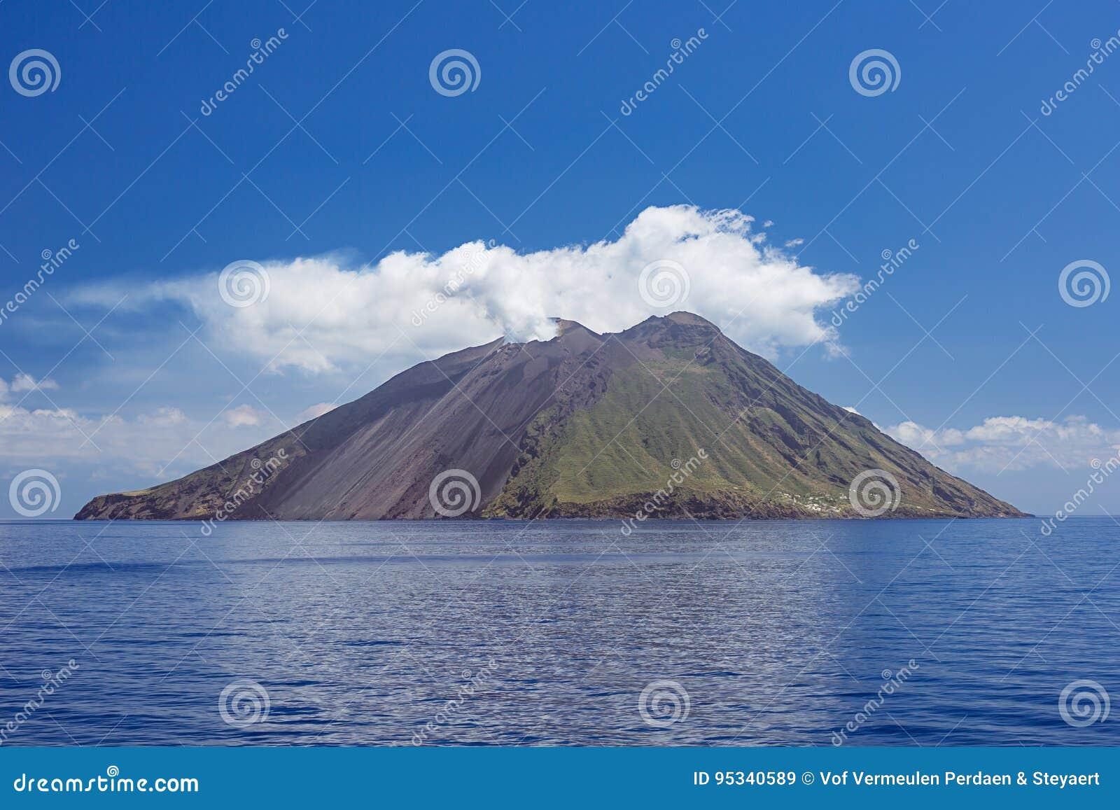 Plume et nuages volcaniques au-dessus d île de Stromboli