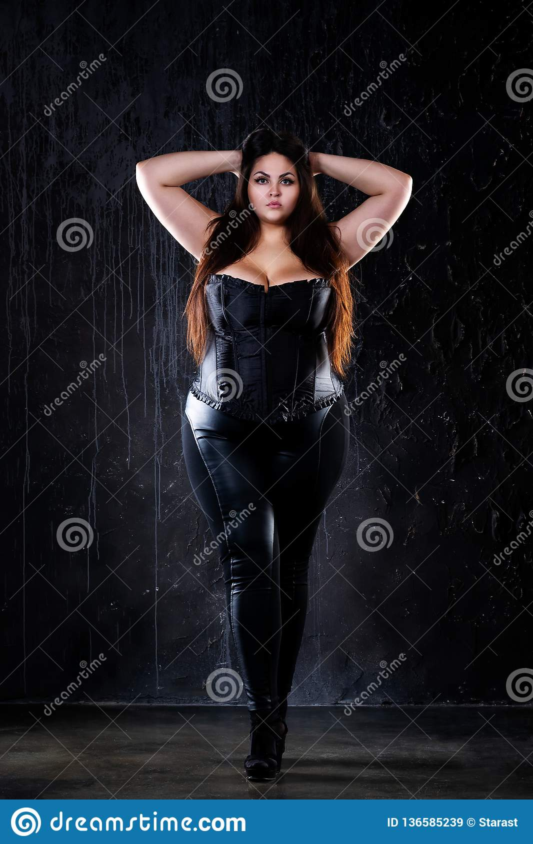 Plus groottemannequin in sexy kleren, vette vrouw op zwarte achtergrond, te zwaar vrouwelijk lichaam