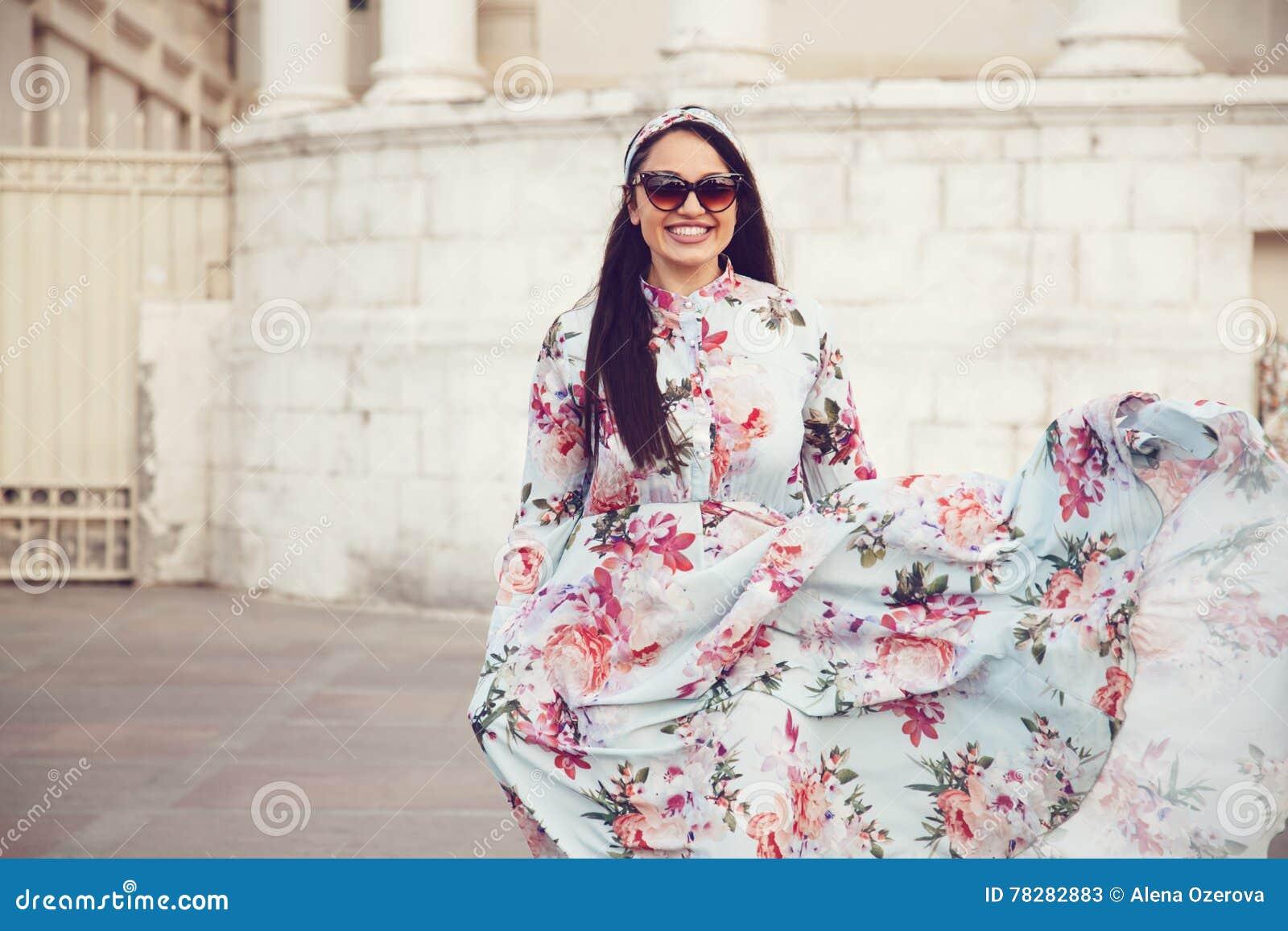 Plus rozmiaru model w kwiecistej sukni