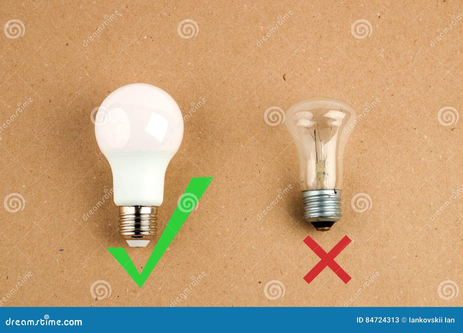 Plusieurs ampoules économiseuses d énergie de LED au-dessus du vieil incandescent, d utilisation de lumière économique et favorab