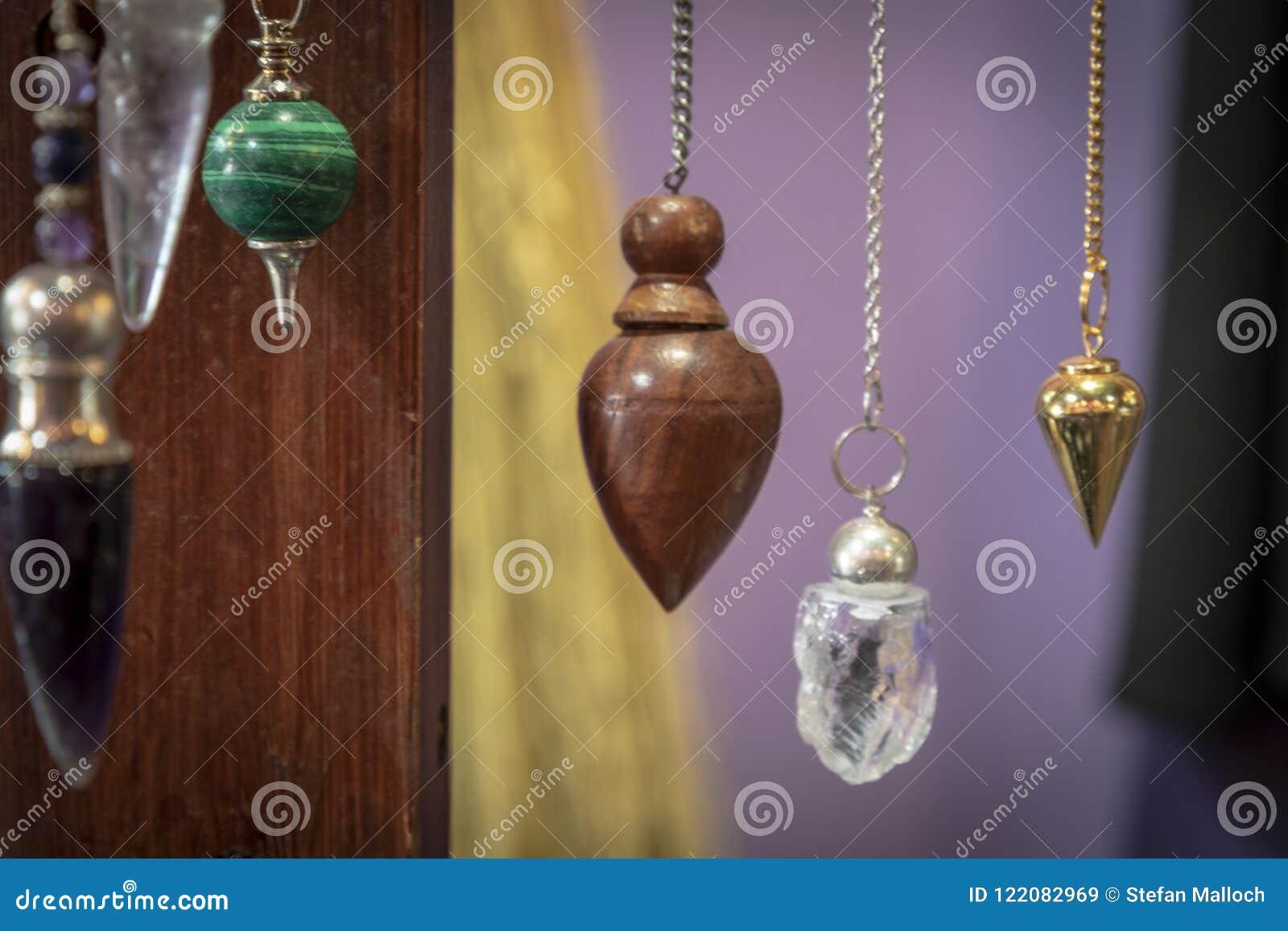 Plusieurs beau Crystal Pendulums Hanging sur l affichage