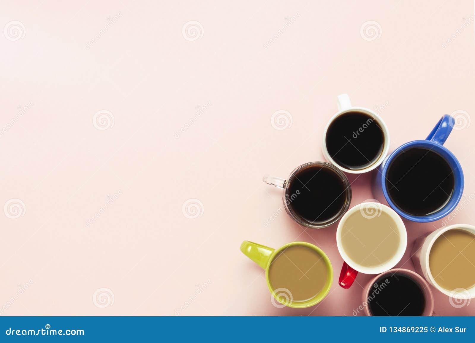 Plusieurs de tasses multicolores de café et de boissons de café sur un fond rose Petit déjeuner de concept avec du café, café ave