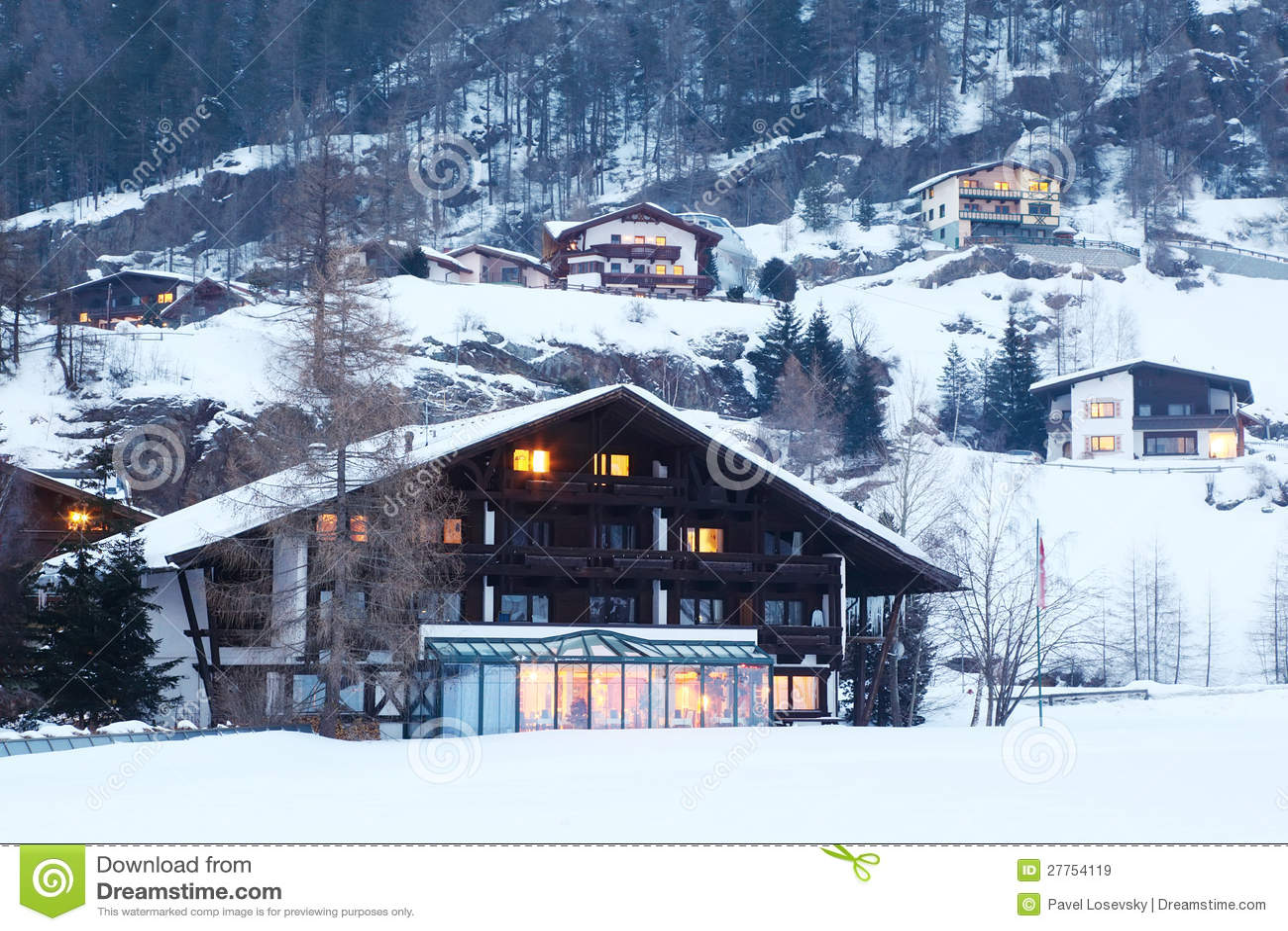 Plusieurs petites maisons en montagnes couvertes de forêts
