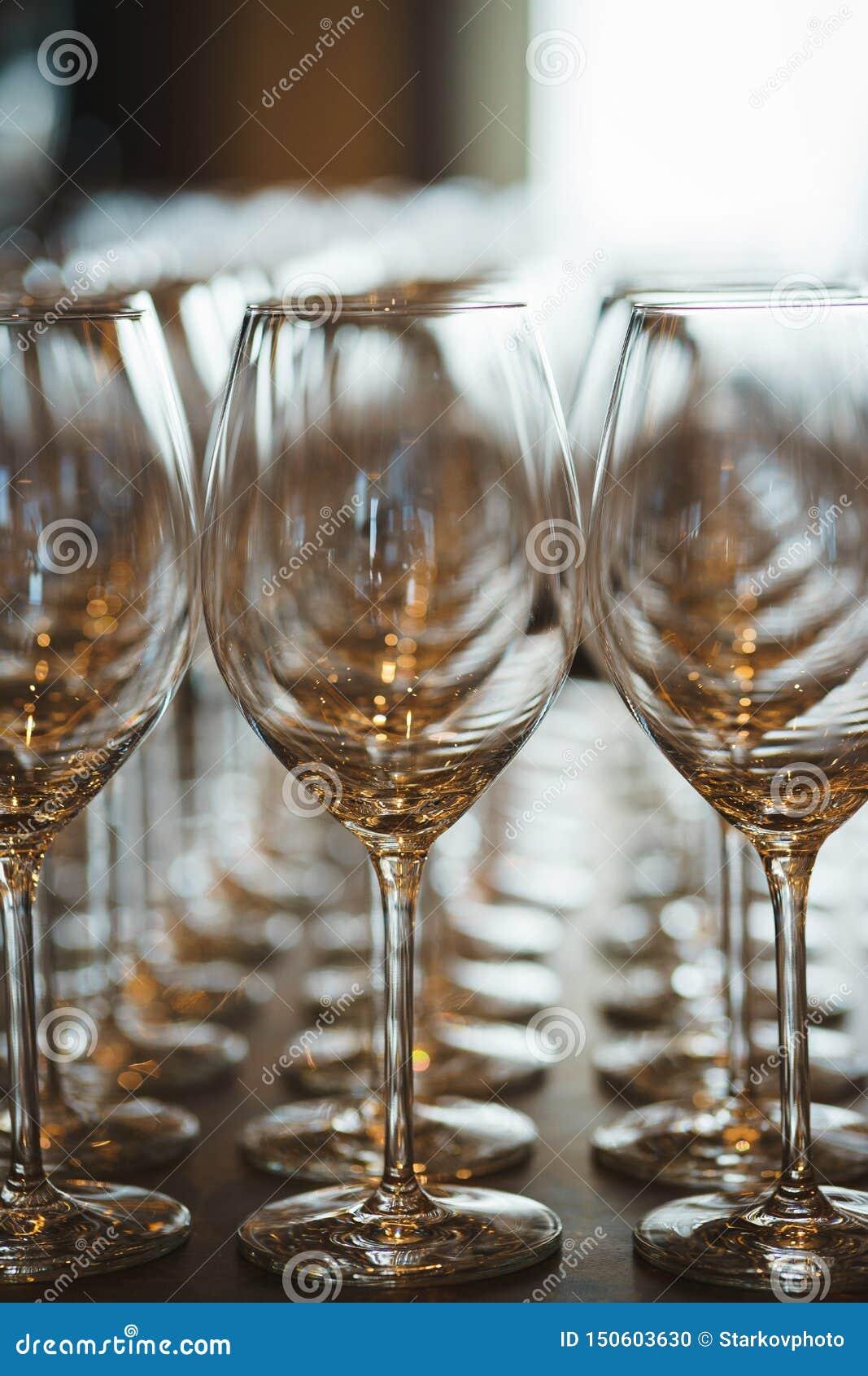 Plusieurs rang?es clairement, verres propres pour le vin et champagne sur le compteur pr?par? pour des boissons