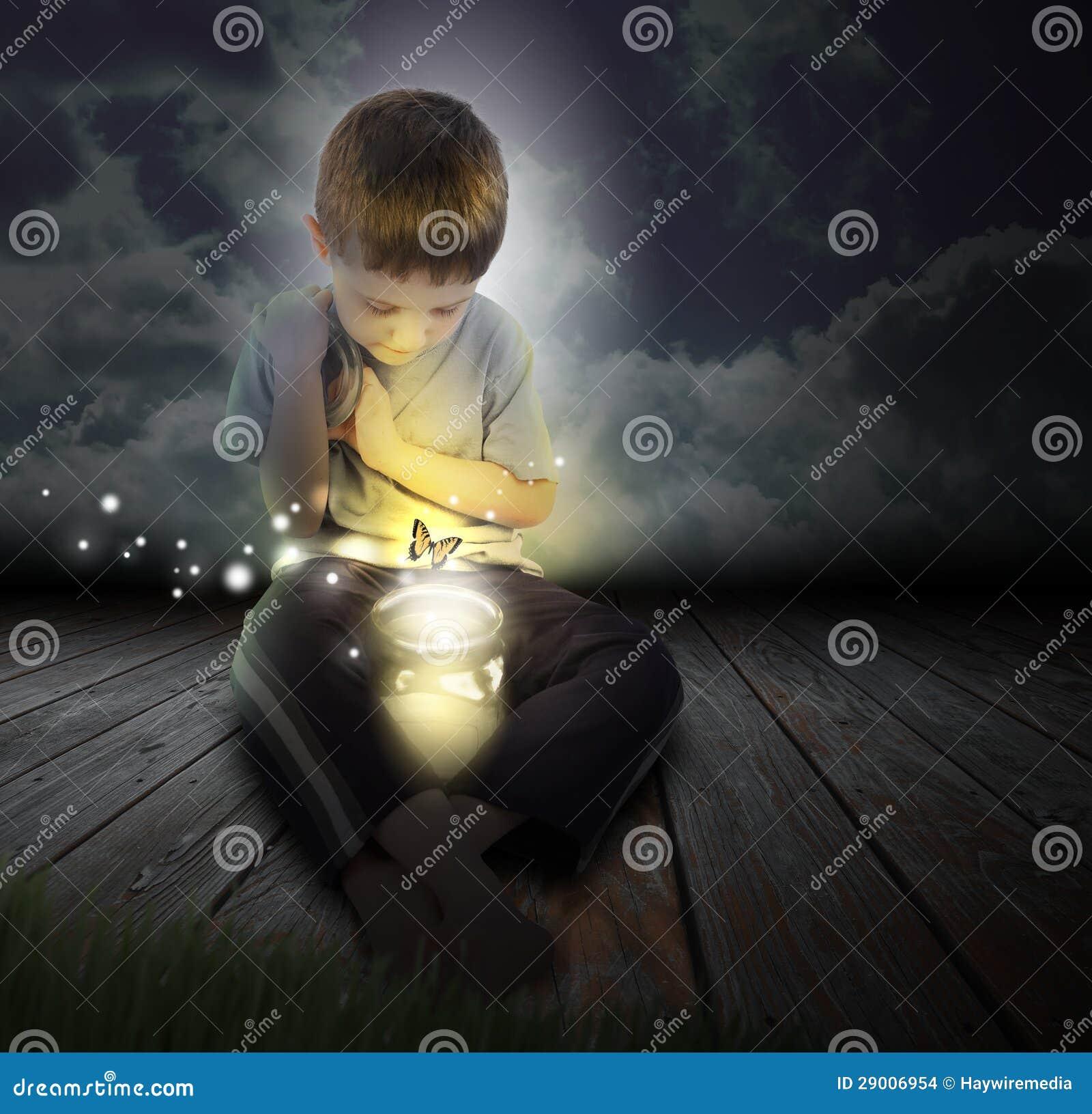 Pluskwy chłopiec dziecko z Rozjarzonym motylem przy nocą