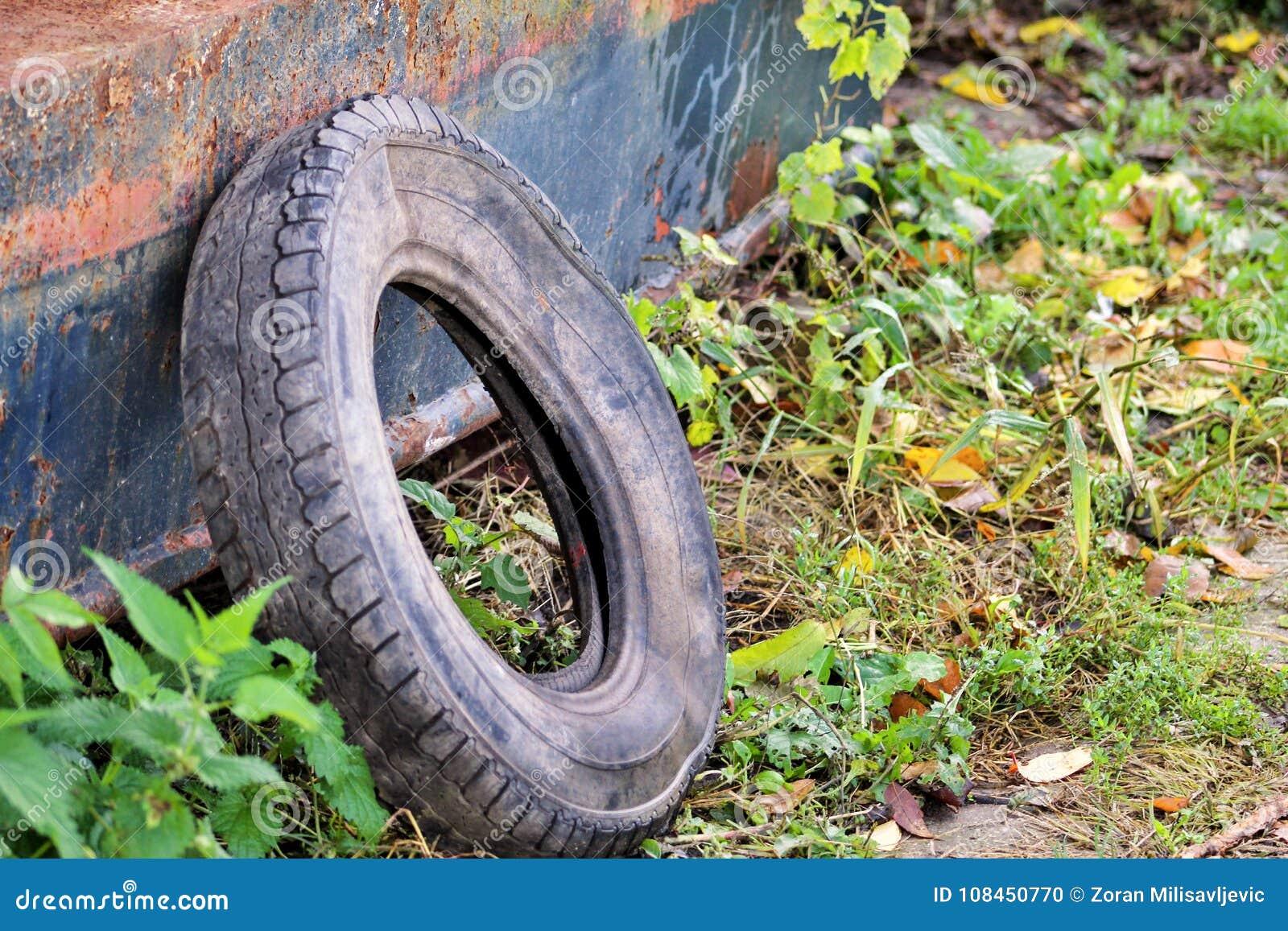 pneu de voiture d 39 occasion laiss en nature le vieux pneu. Black Bedroom Furniture Sets. Home Design Ideas