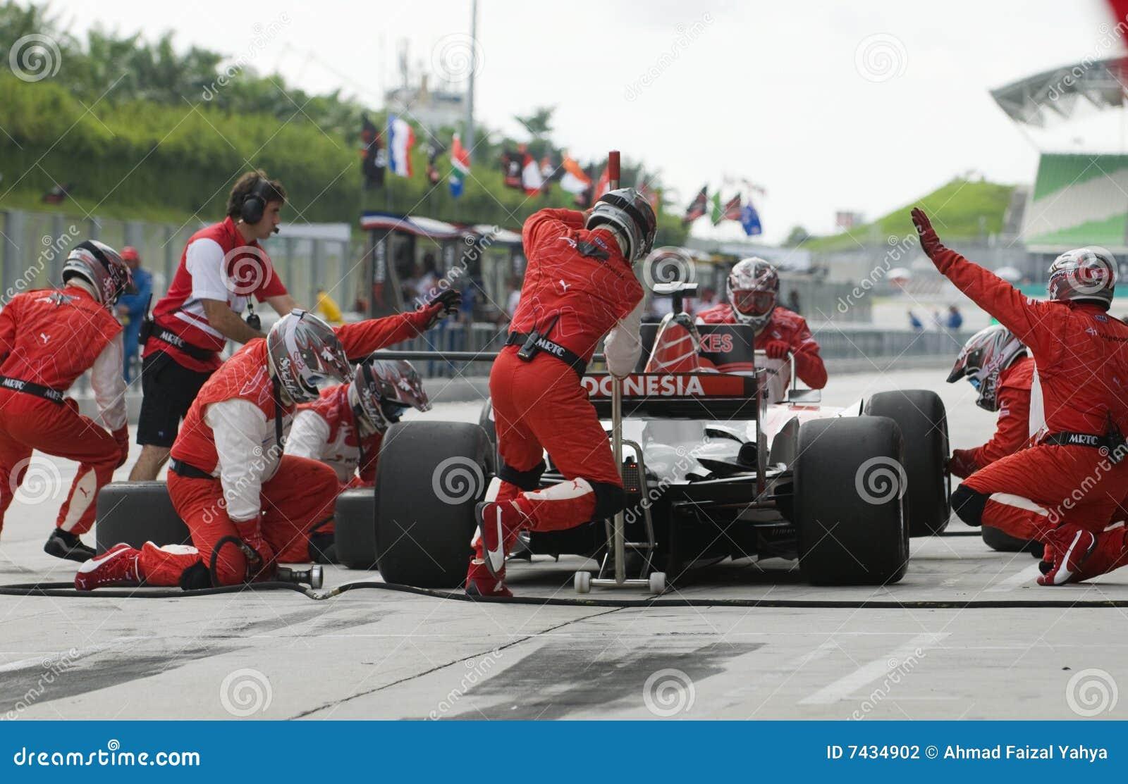 Pneumáticos em mudança de Indonésia da equipe A1 no pitstop.