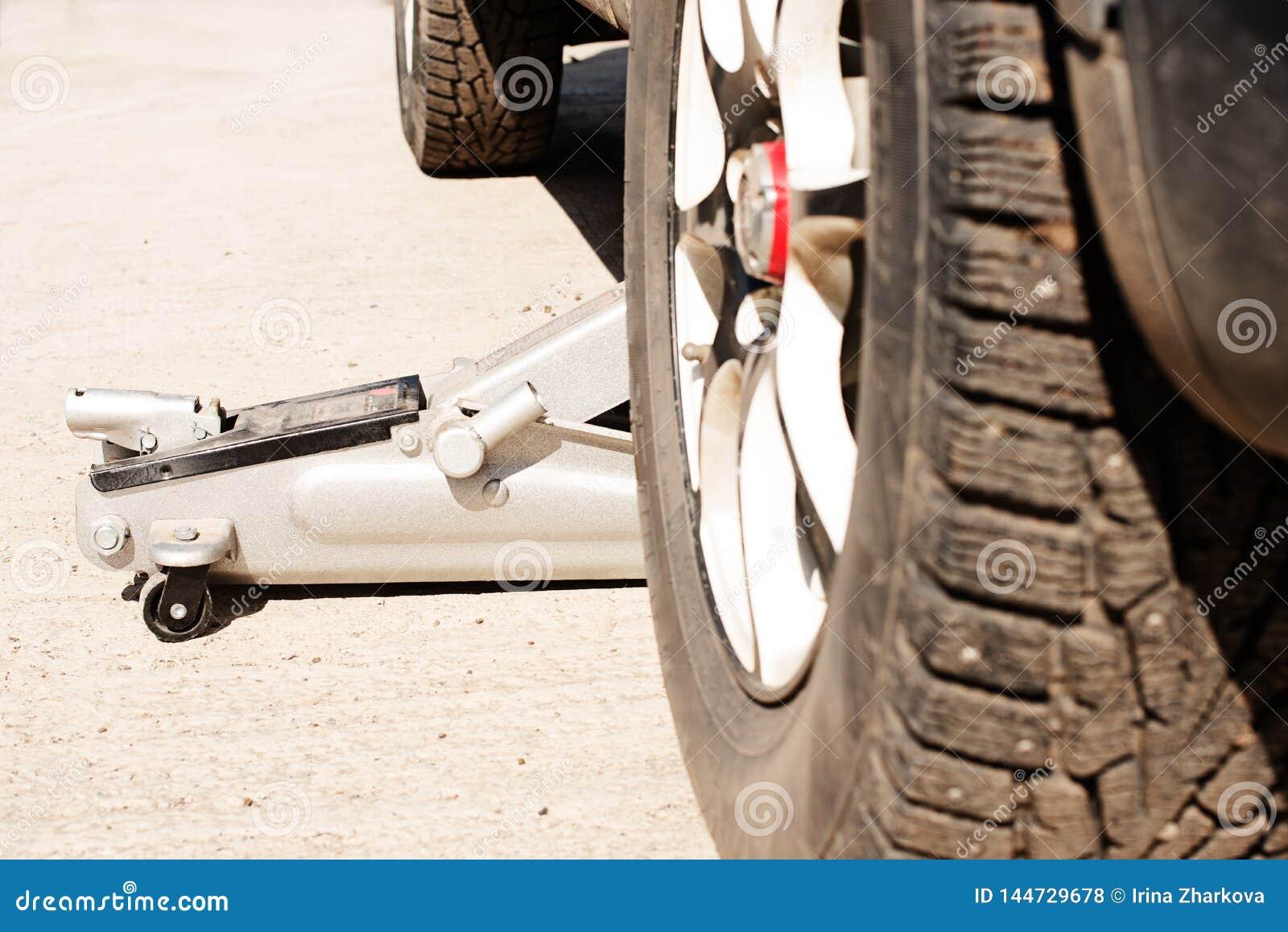 Pneus de carro com pontos e sujeira do inverno substituição das rodas antes da estação nova,