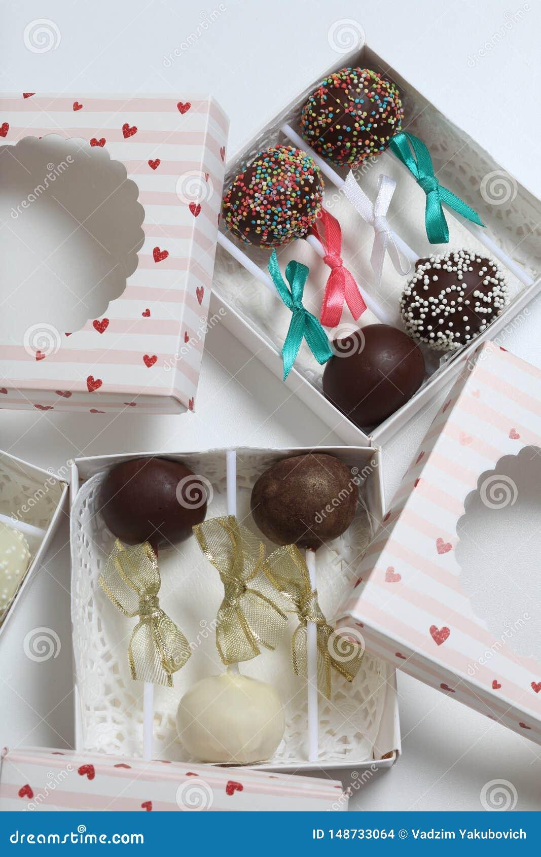 PNF do bolo decorados com uma curva da tran?a, embalada em uma caixa de presente