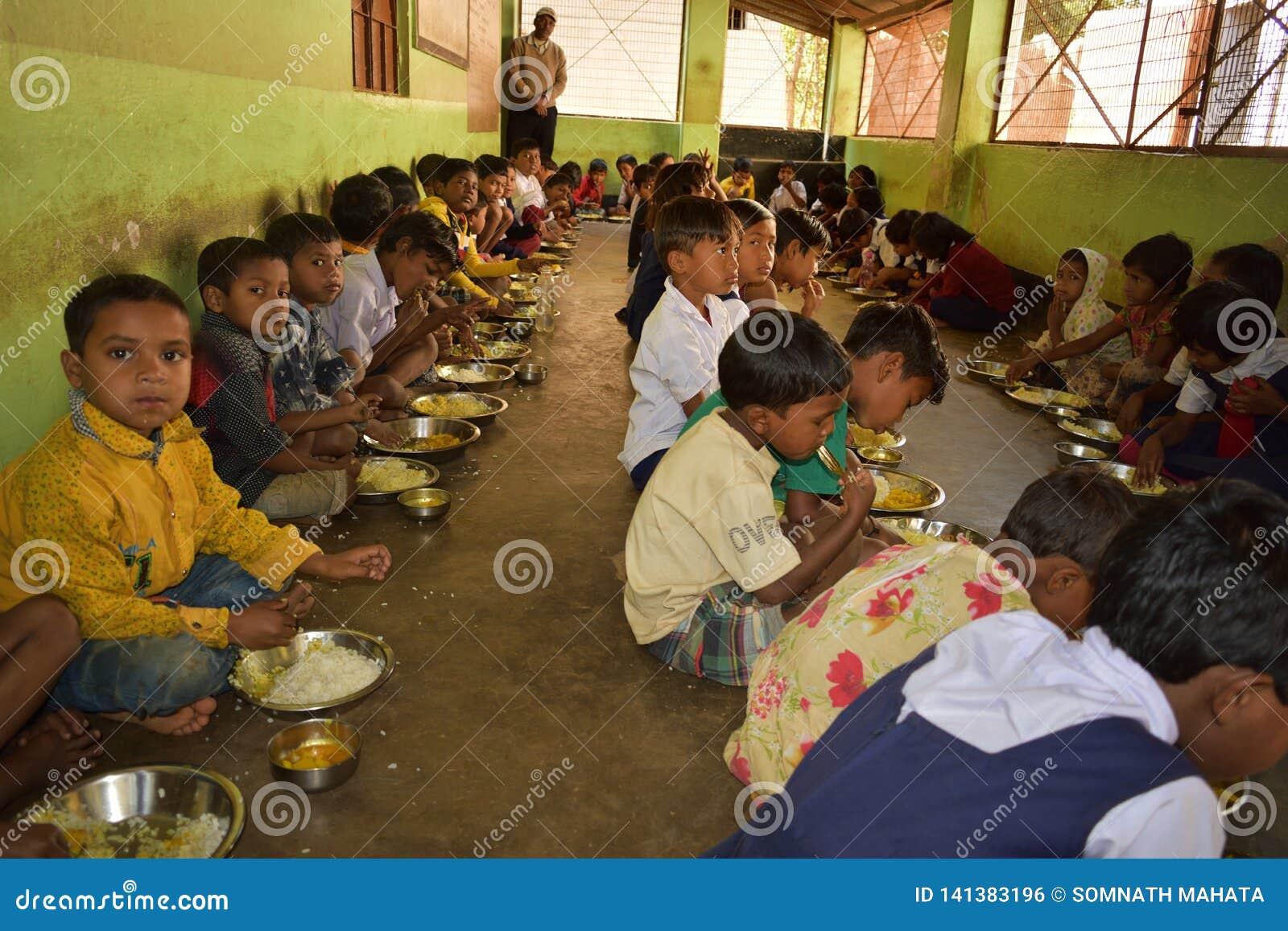 Południe posiłku program, rzędu hinduskiego incjatywa, biega w szkole podstawowej Ucznie biorą ich posiłek