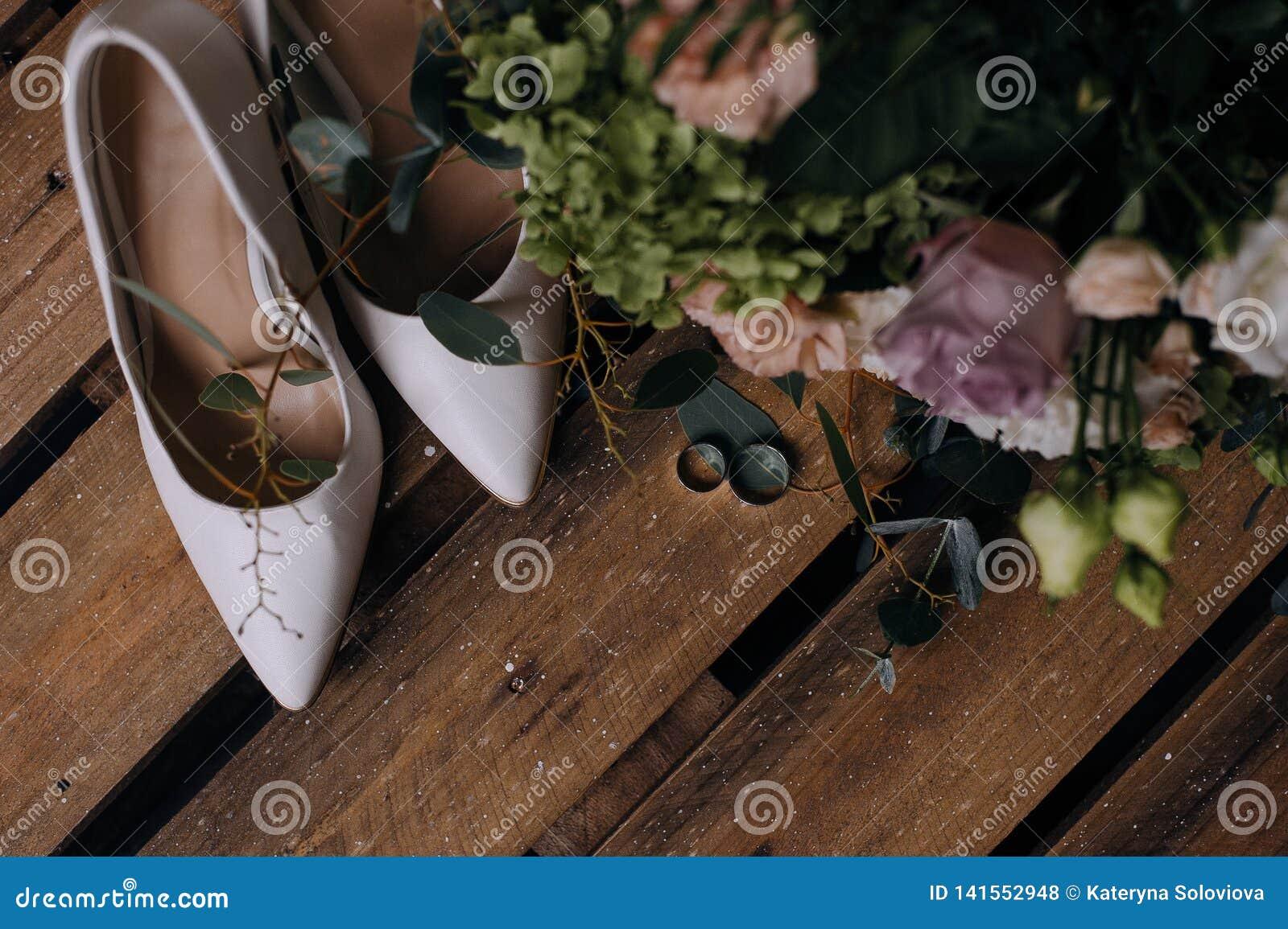 Poślubiać buty i ślubów złocistych pierścionki
