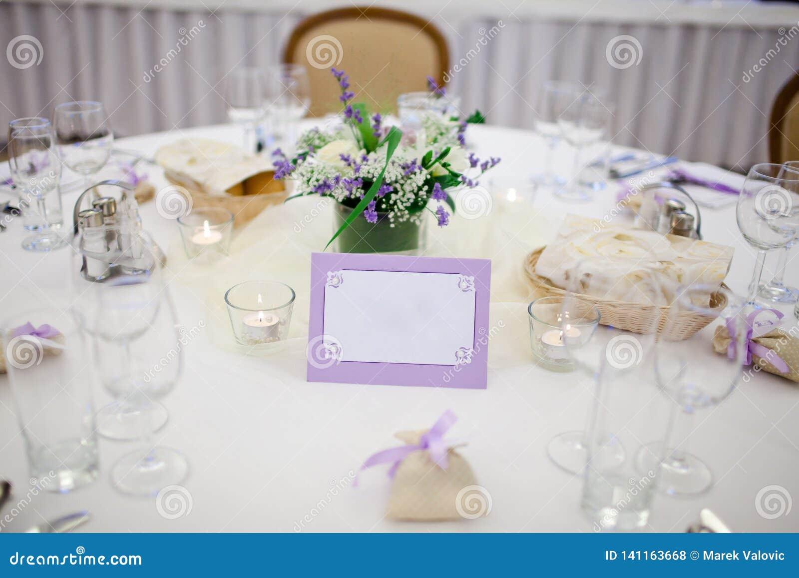 Poślubiający dekorującego stół purpury rama - pusty panel -