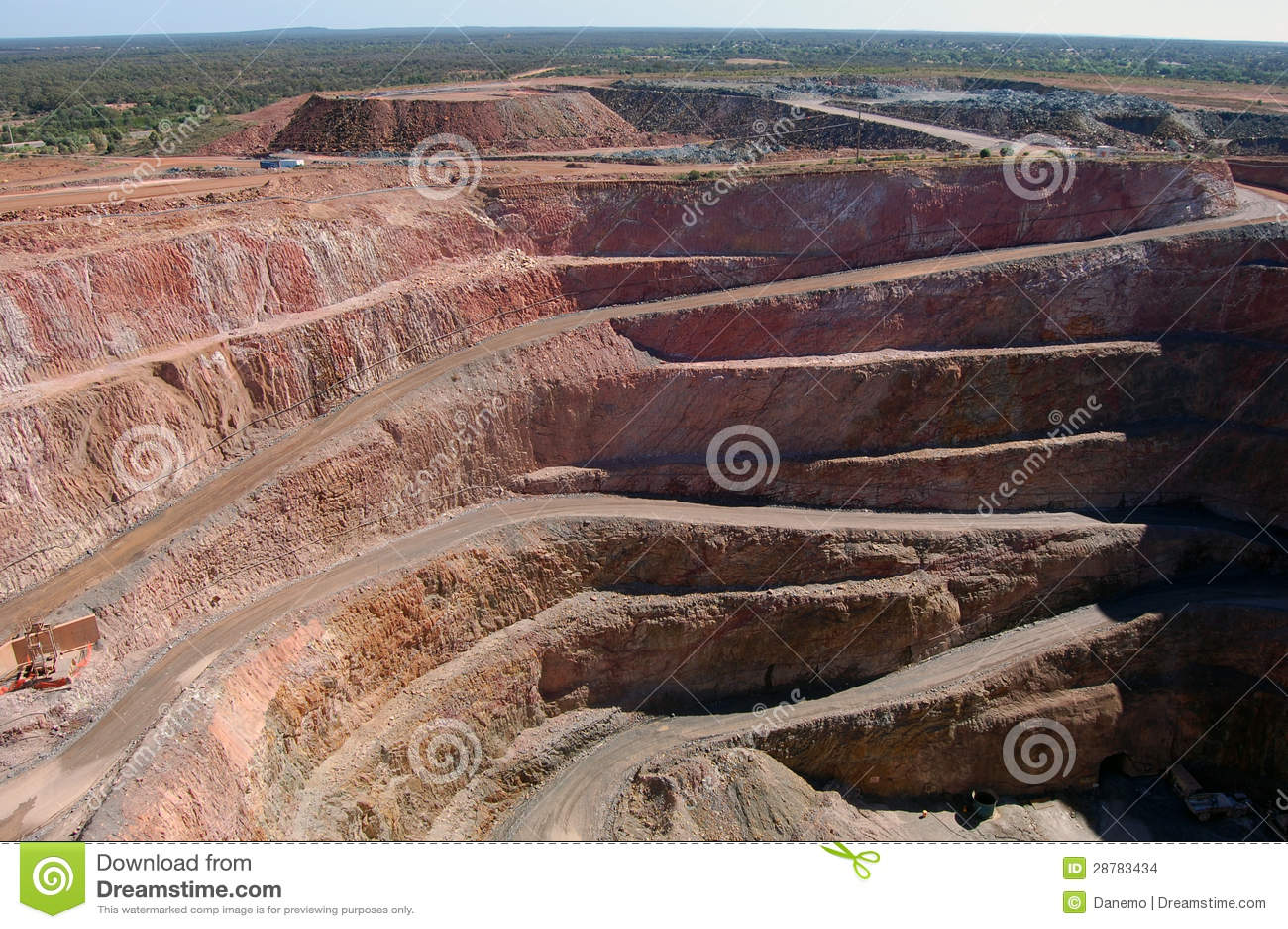 Poço aberto de mina de ouro