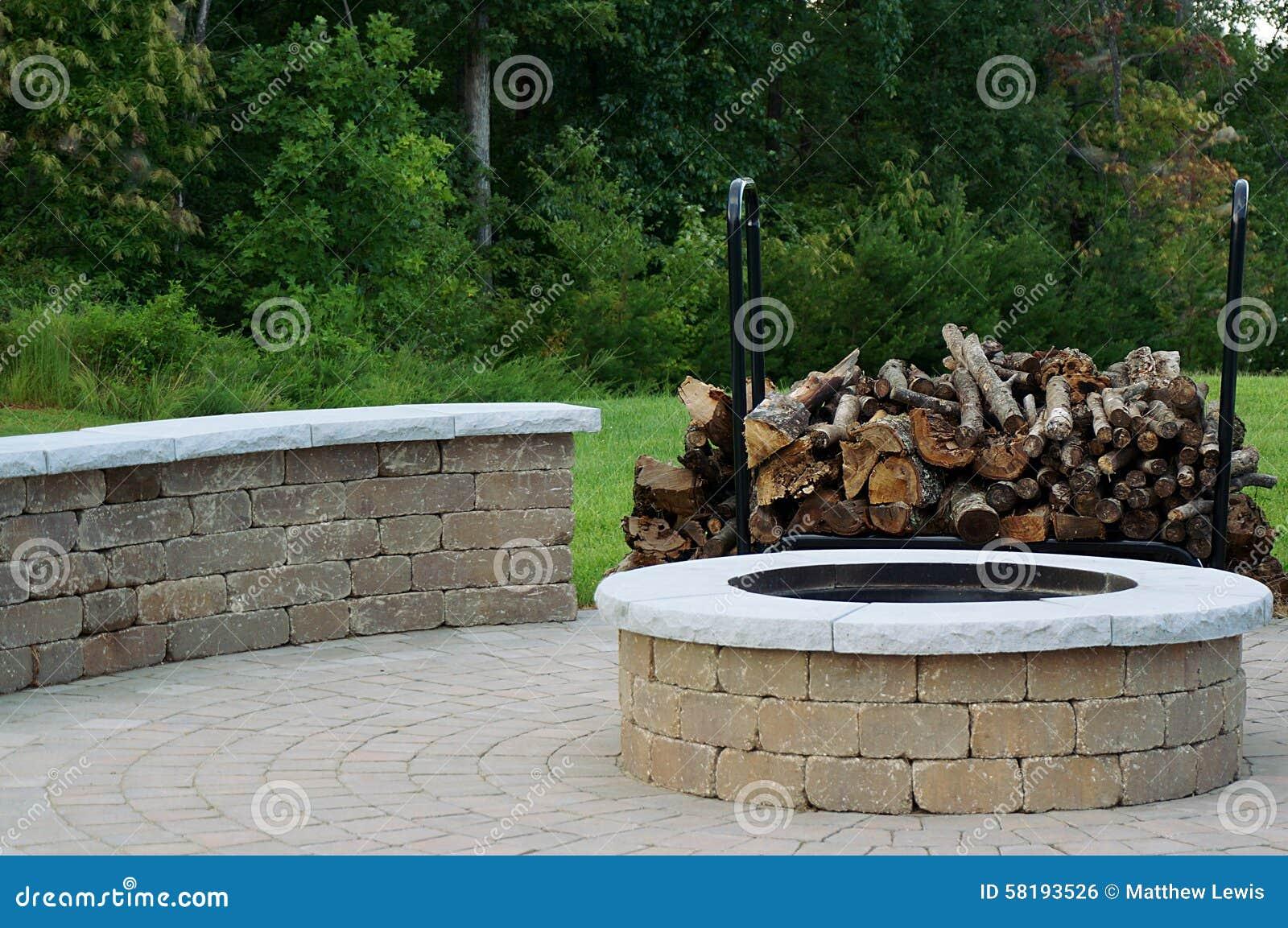Poço ao ar livre do incêndio
