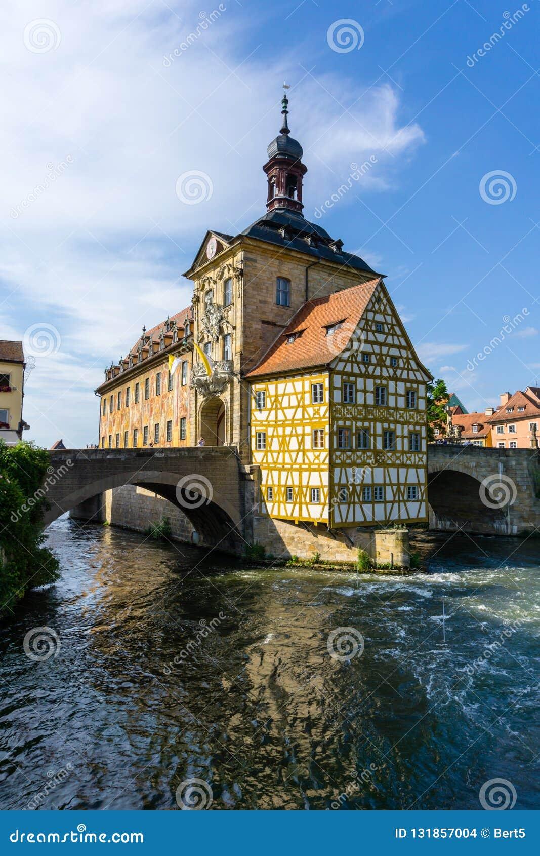 Połówka cembrował urząd miasta w Bamberg przy niebieskiego nieba Bavaria Niemcy