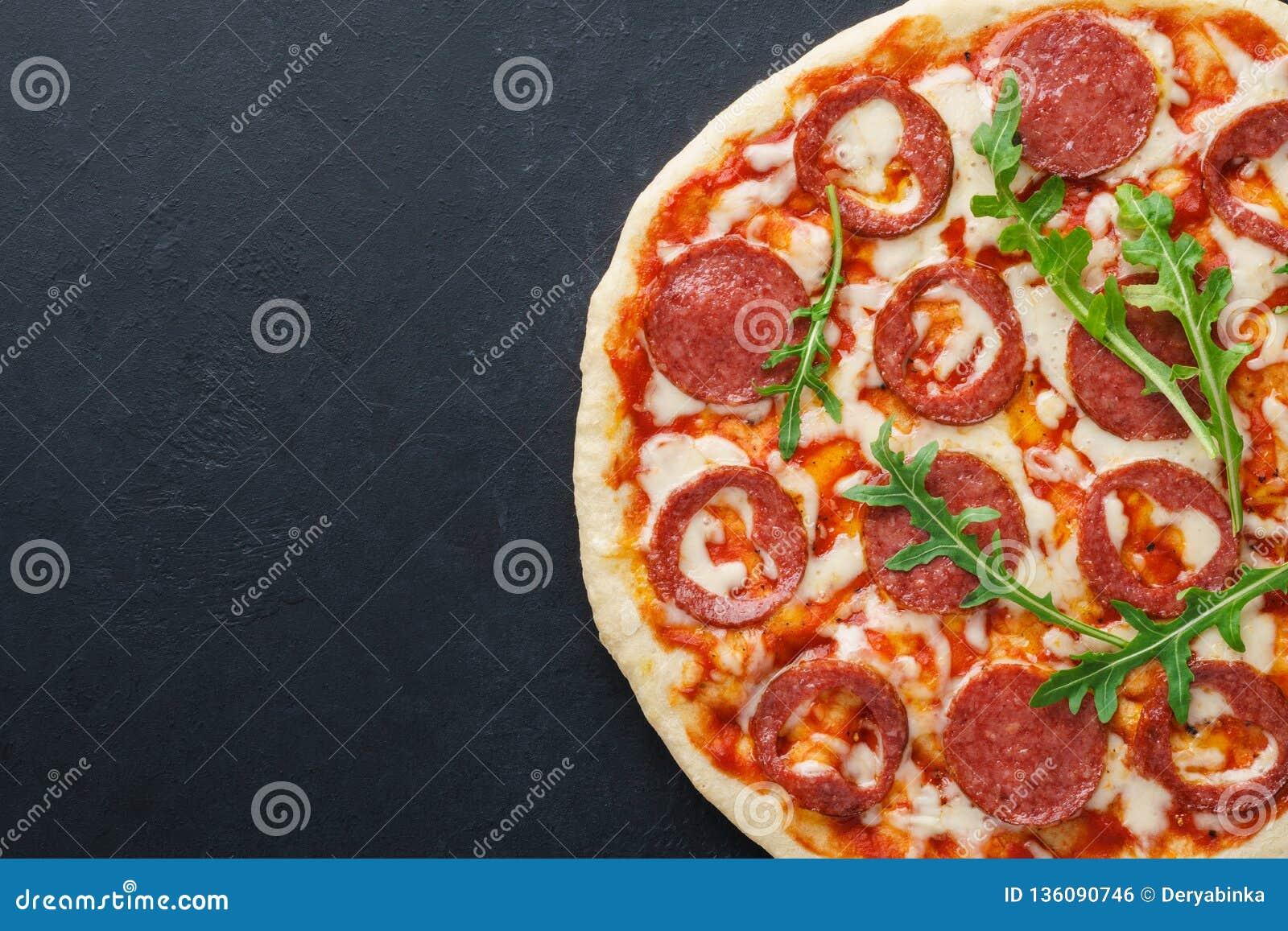Połówka pizza z sercem kształtował pepperoni dla walentynka dnia