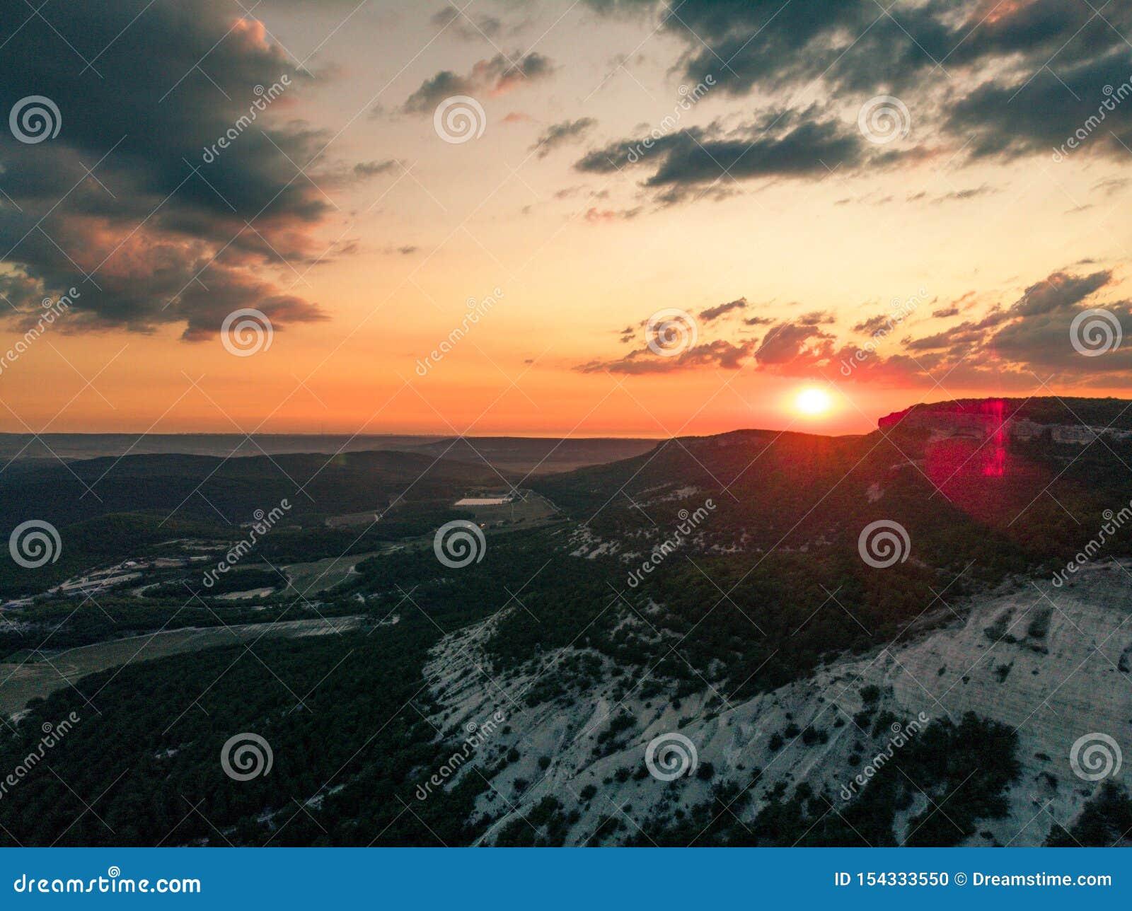 Położenia słońce nad górami crimea