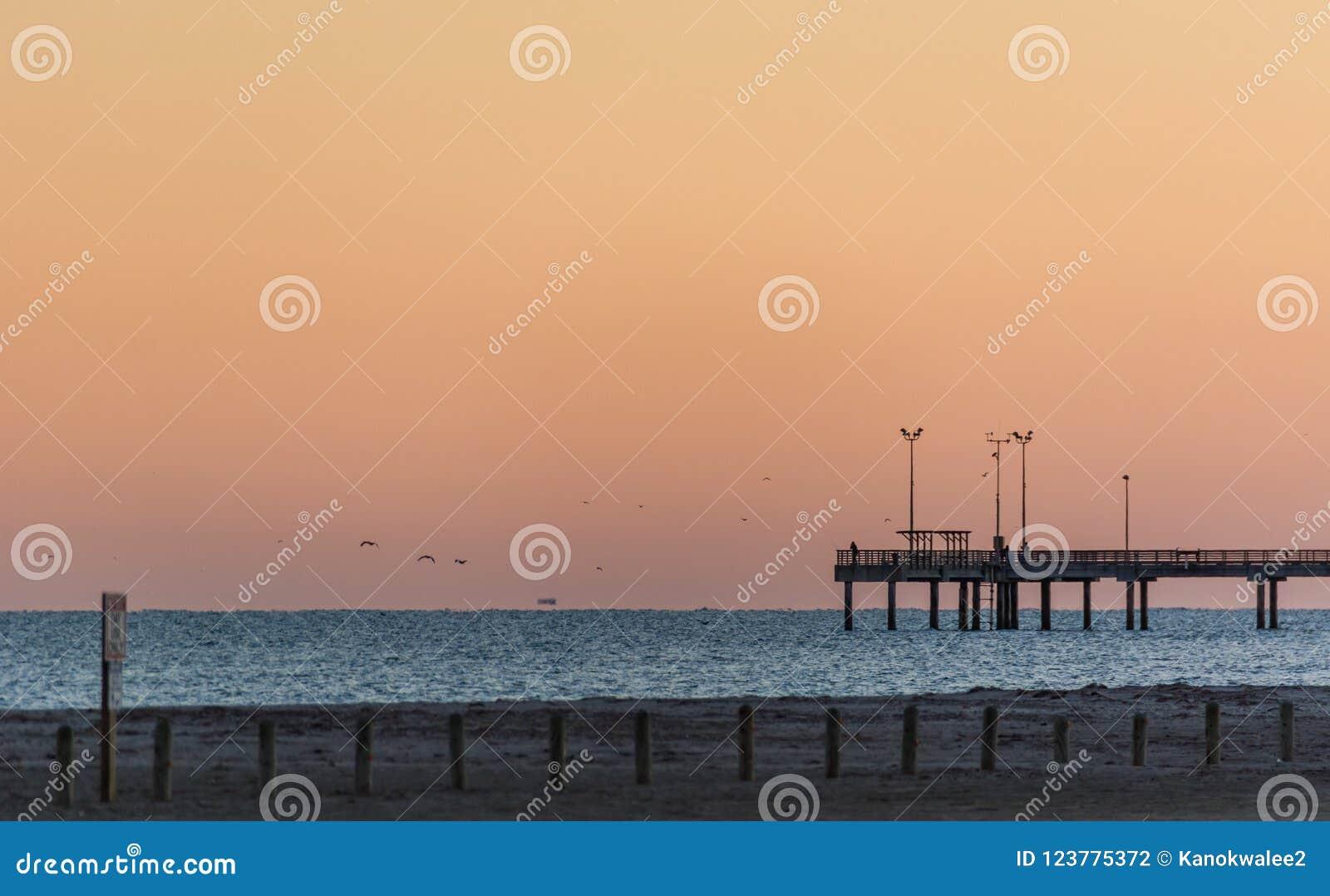 Połowu molo przy wschodem słońca