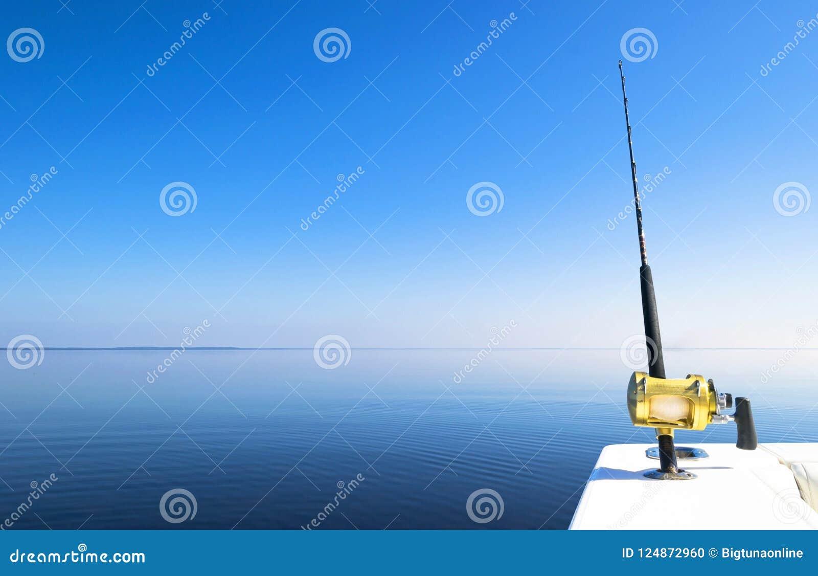 Połowu prącie w saltwater intymnej motorowej łodzi podczas rybołówstwo dnia w błękitnym oceanie Pomyślny połowu pojęcie
