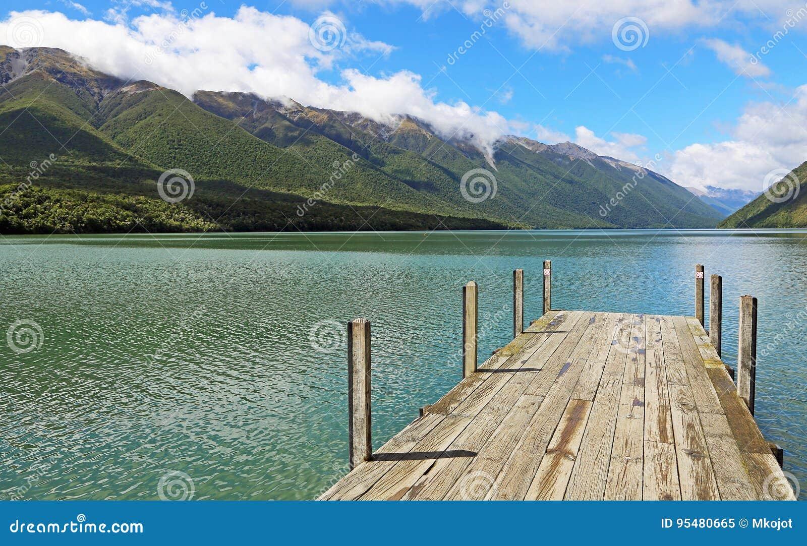 Południowi Alps na Jeziornym Rotoiti