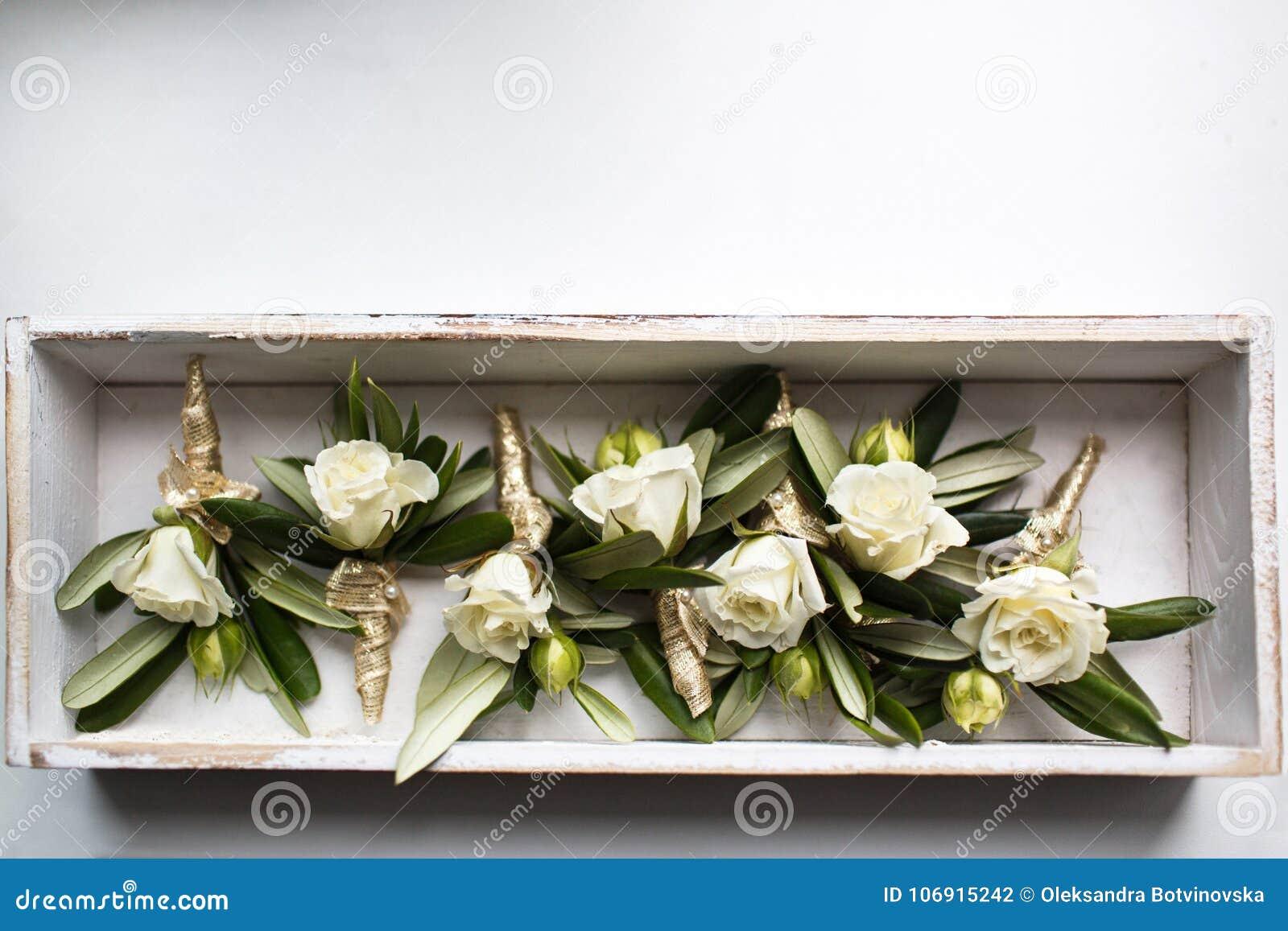 Poślubiać ustawiam boutonnieres róże w drewnianym pudełku