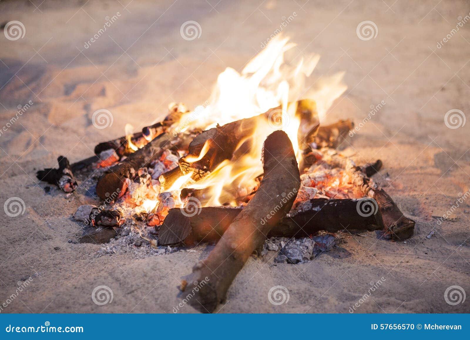 Pożarniczy płomień na plaży na piasku