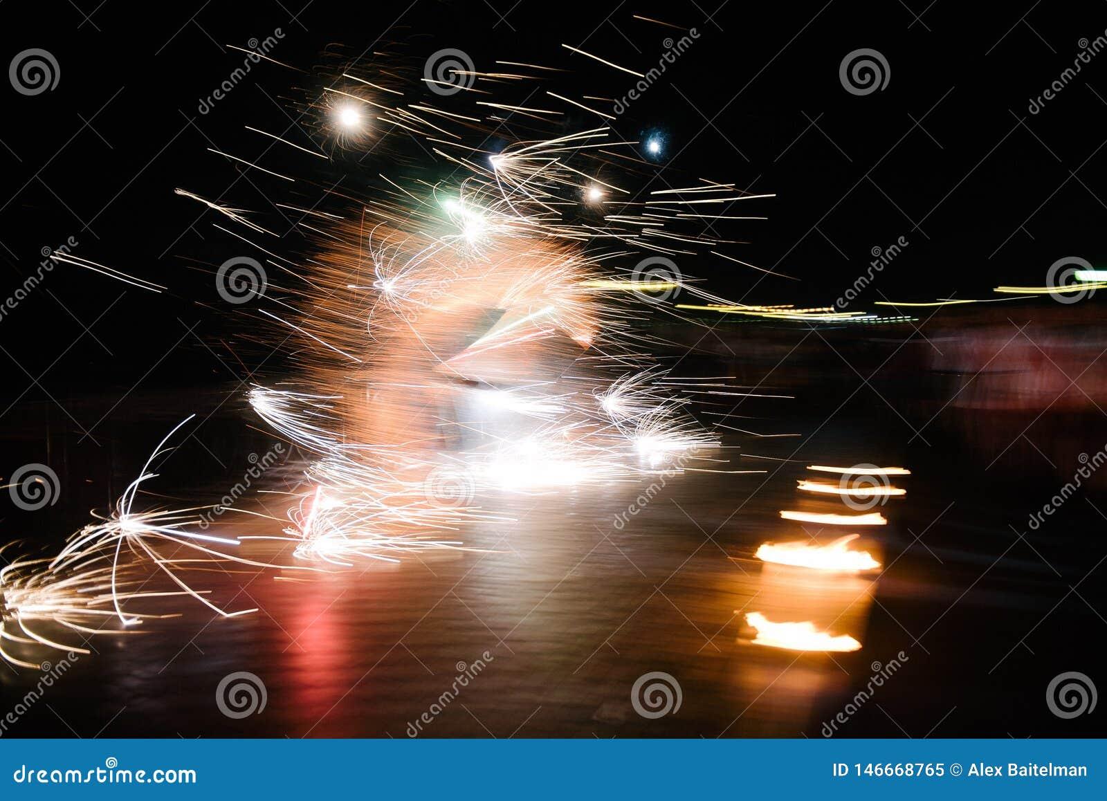 Pożarniczy przedstawienie na ulicie dla wakacje