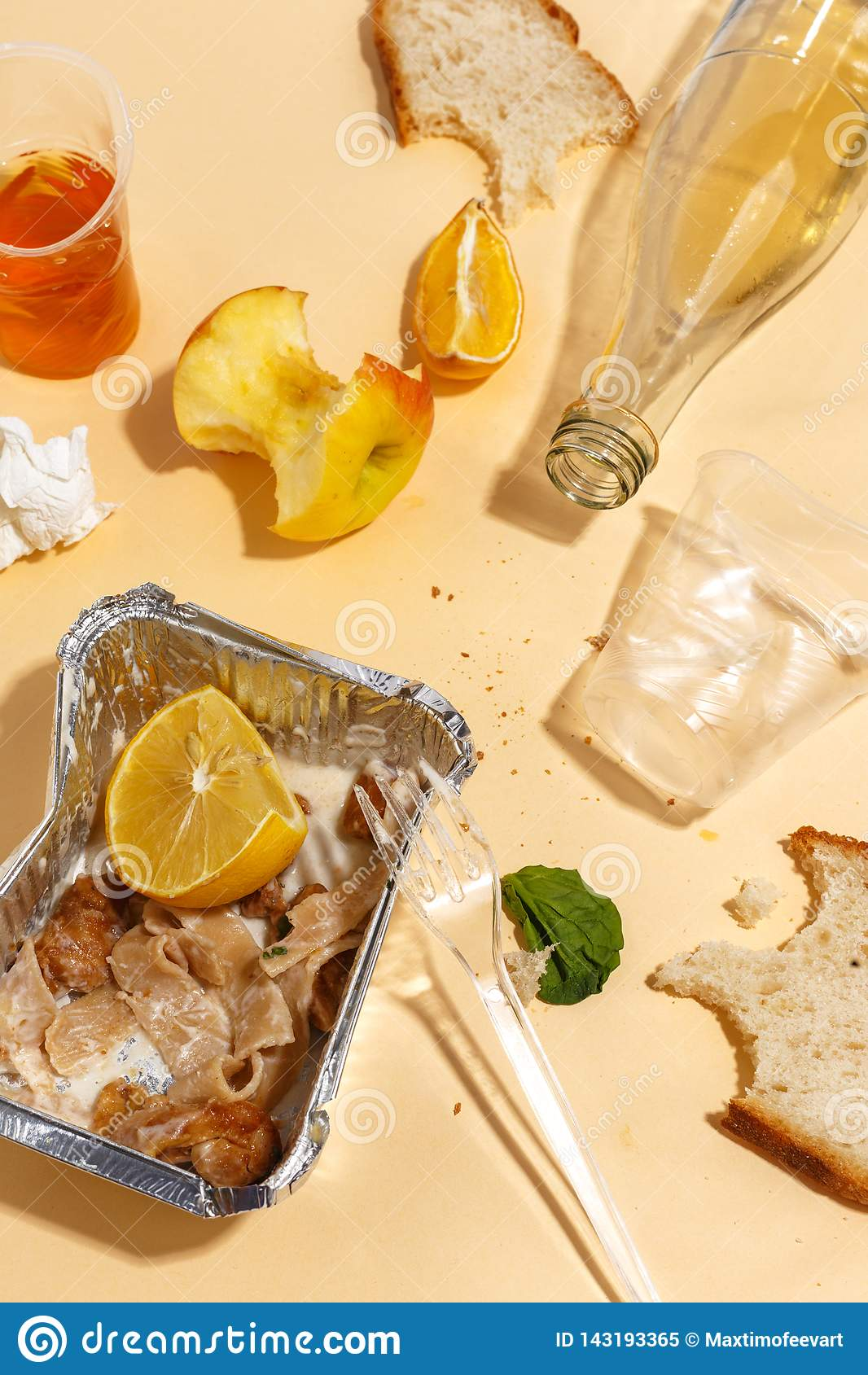 Po bankieta kończy Zmizerowany jedzenie na stole po obiadowego przyjęcia Resztki, opróżniają talerze, lewa połówka jedzących posi