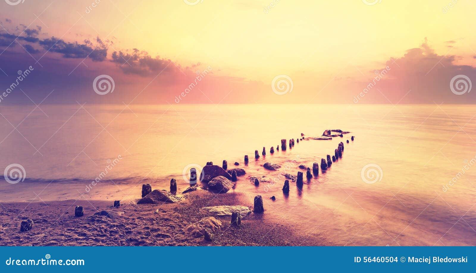 Po purpurowego zmierzchu, pokojowy morze krajobraz