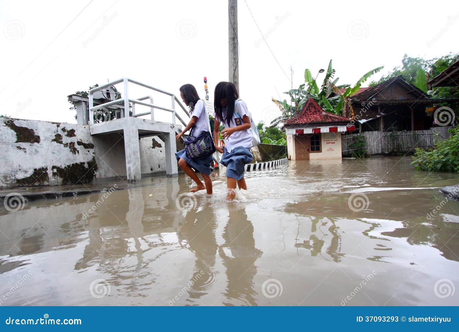 Download Pobyt W Szkole Podczas Powodzi Zdjęcie Stock Editorial - Obraz złożonej z uczeń, rzeki: 37093293