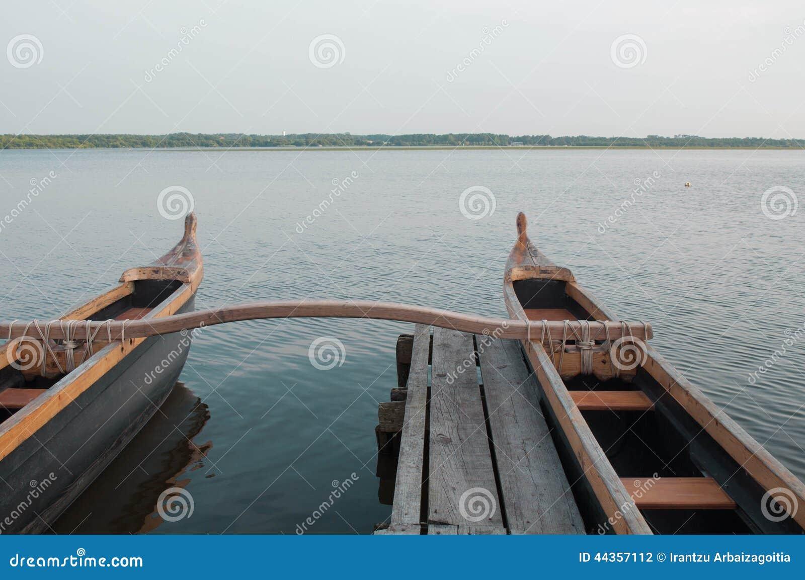 Poca barca in un pilastro di legno, lago Soustons