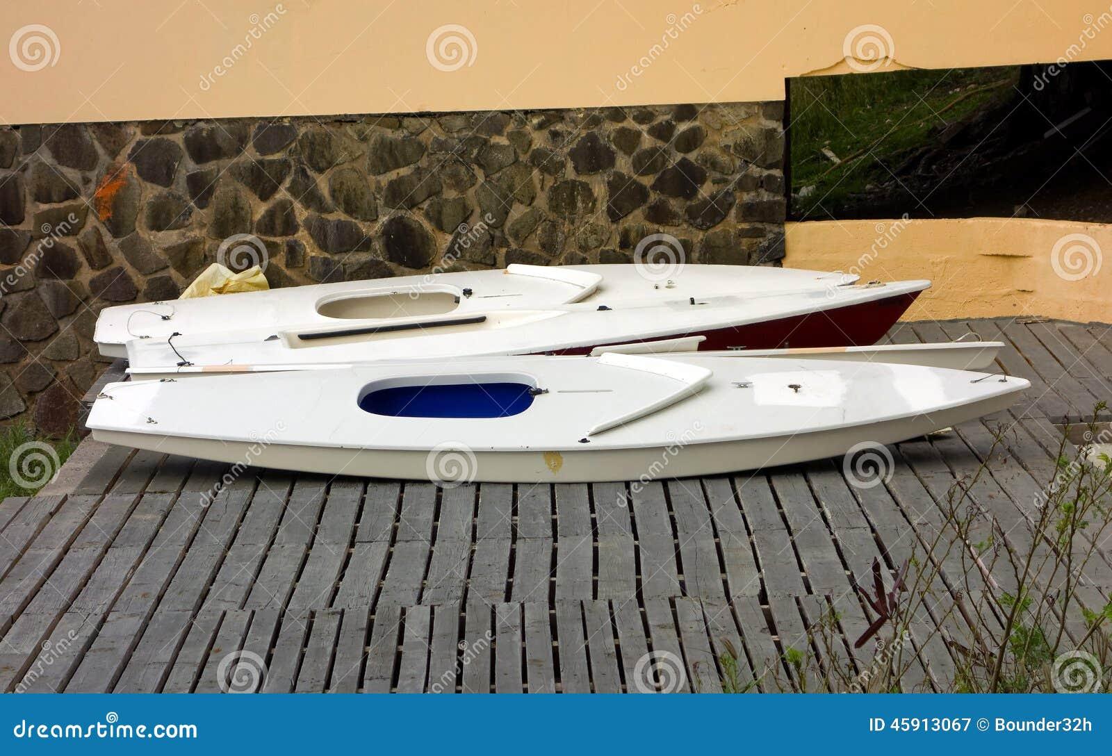 Poca barca a vela usata dai bambini per correre immagine stock immagine di parete wooden - Camera per bambini usata ...