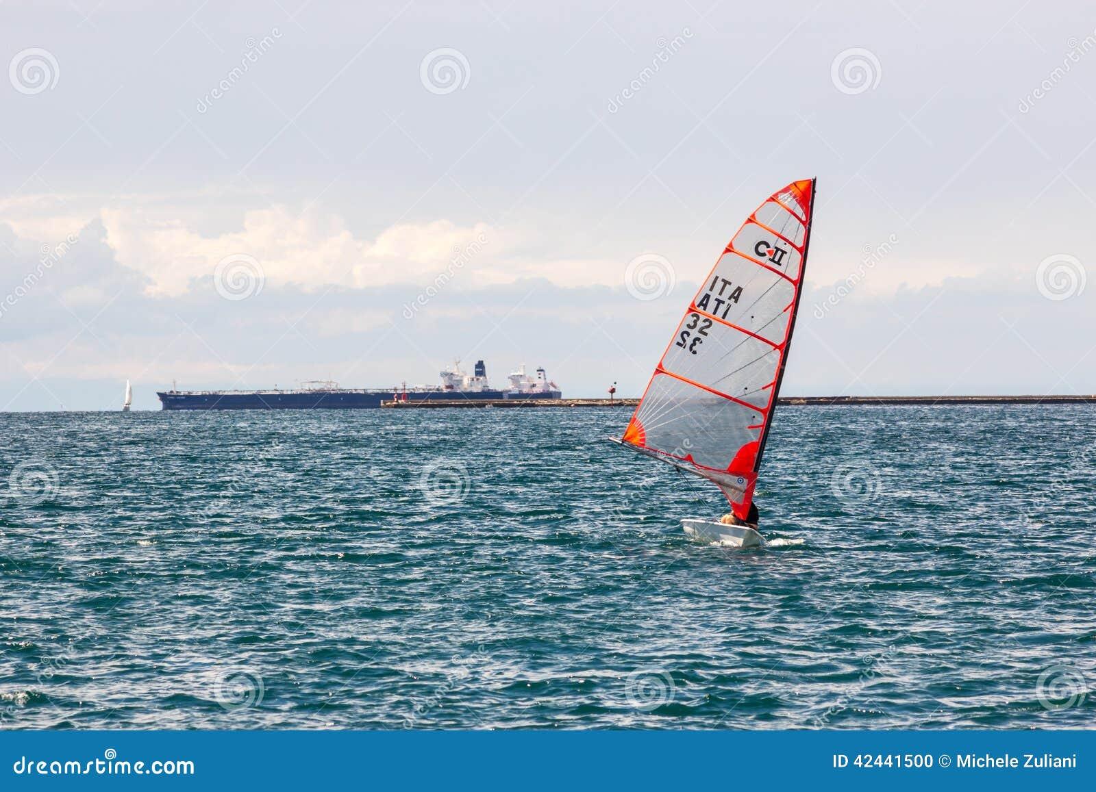 Poca nave del deporte en el mar de Italia