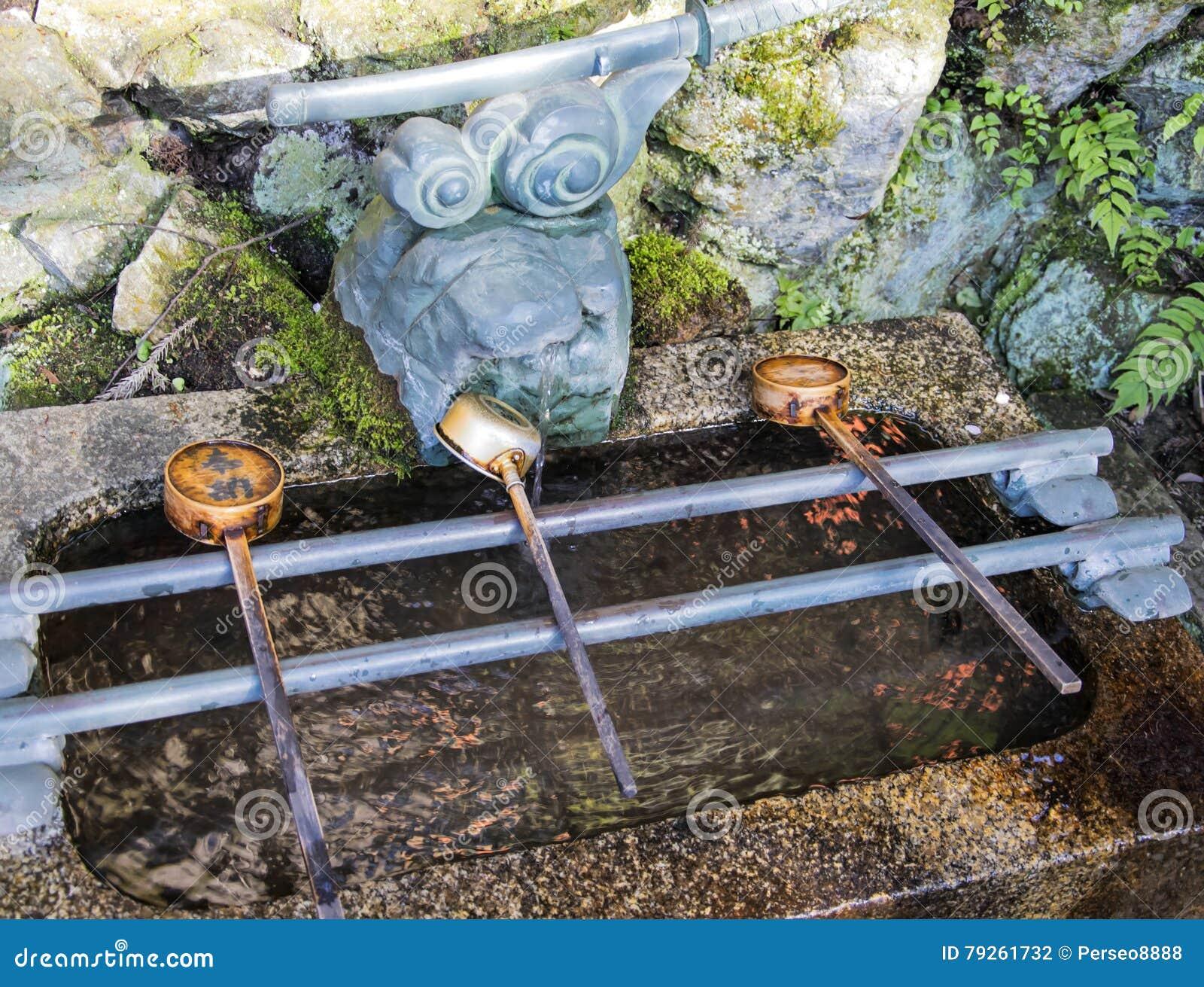Poches de fontaine de purification de Chozuya Lavabo traditionnel de Shinto de Japonais pour les croyants rituels de cleaningof