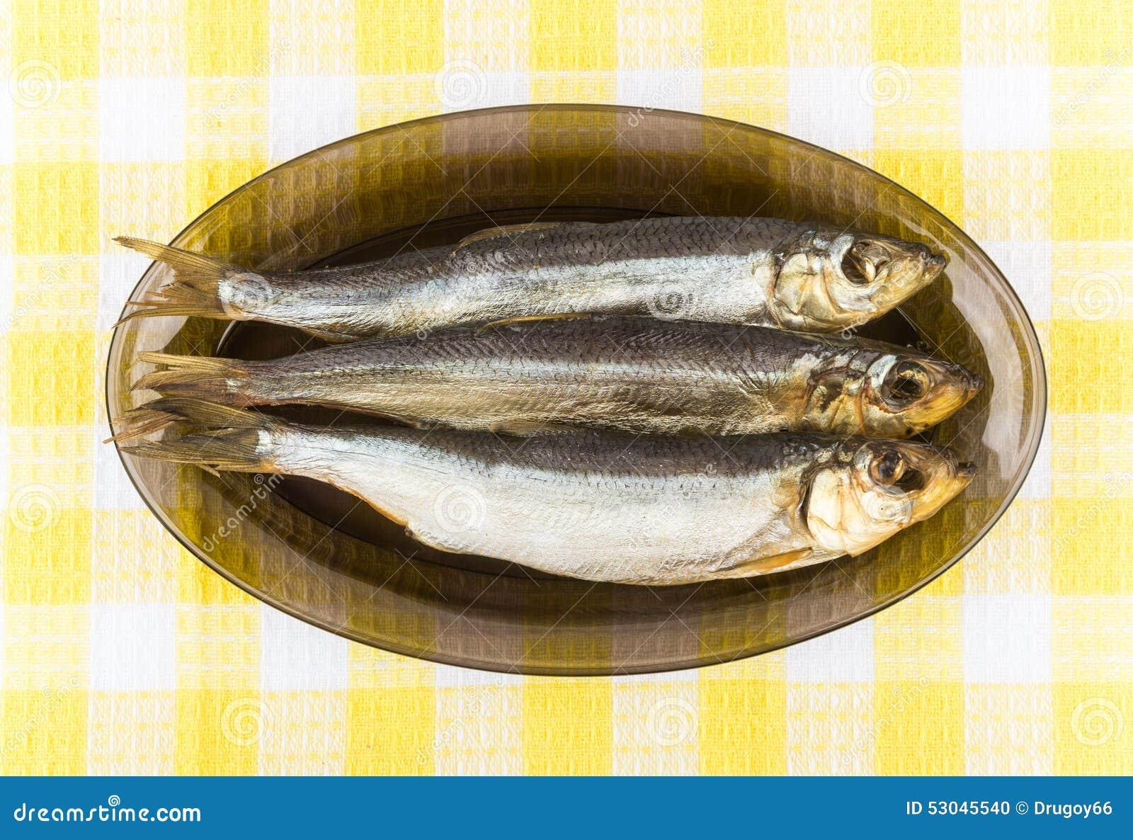 Pochi Hanno Fumato Il Pesce In Piatto Di Vetro Sulla Tovaglia