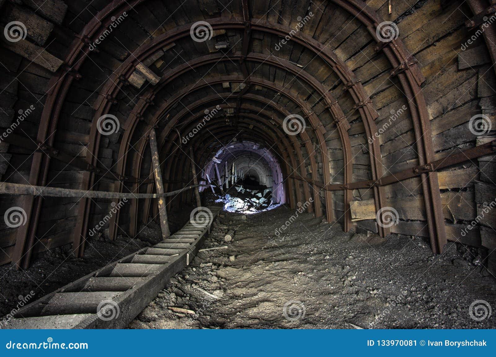 Pochyła galeria w solankowej kopalni