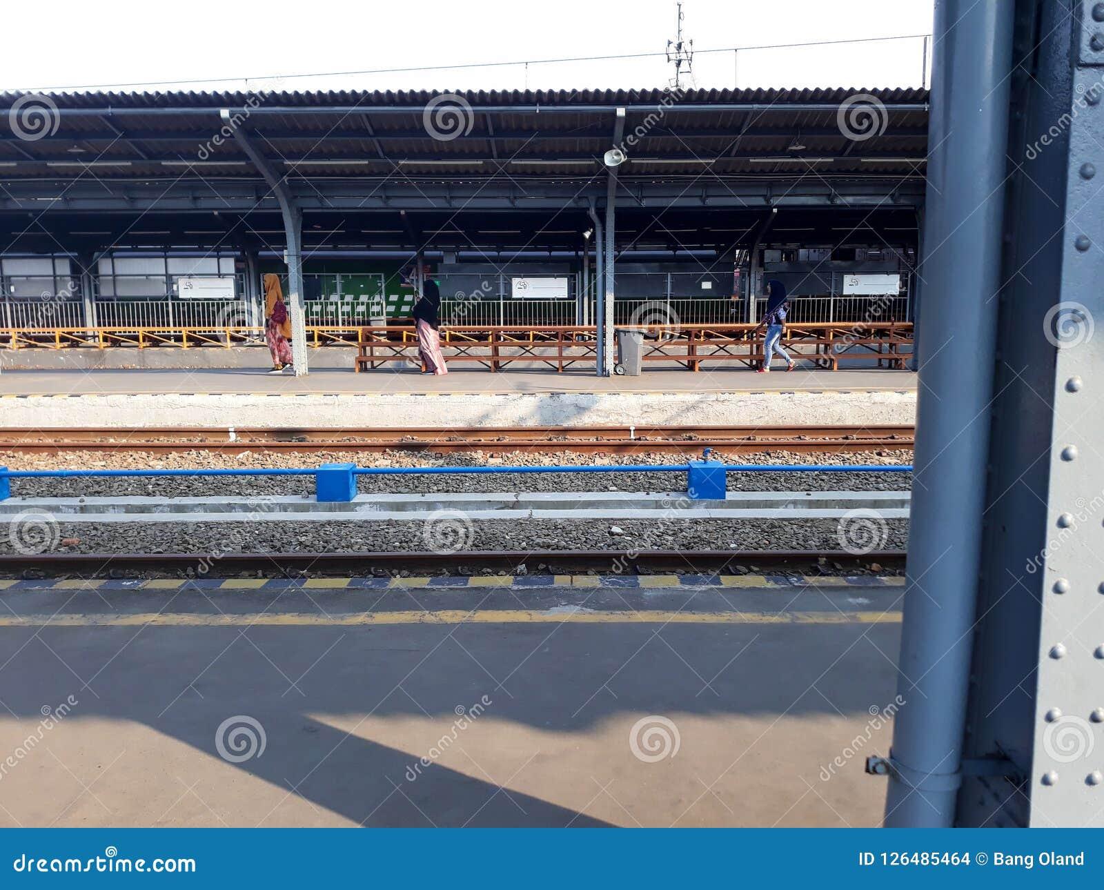 Pociąg Przy Bekasi stacją kolejową