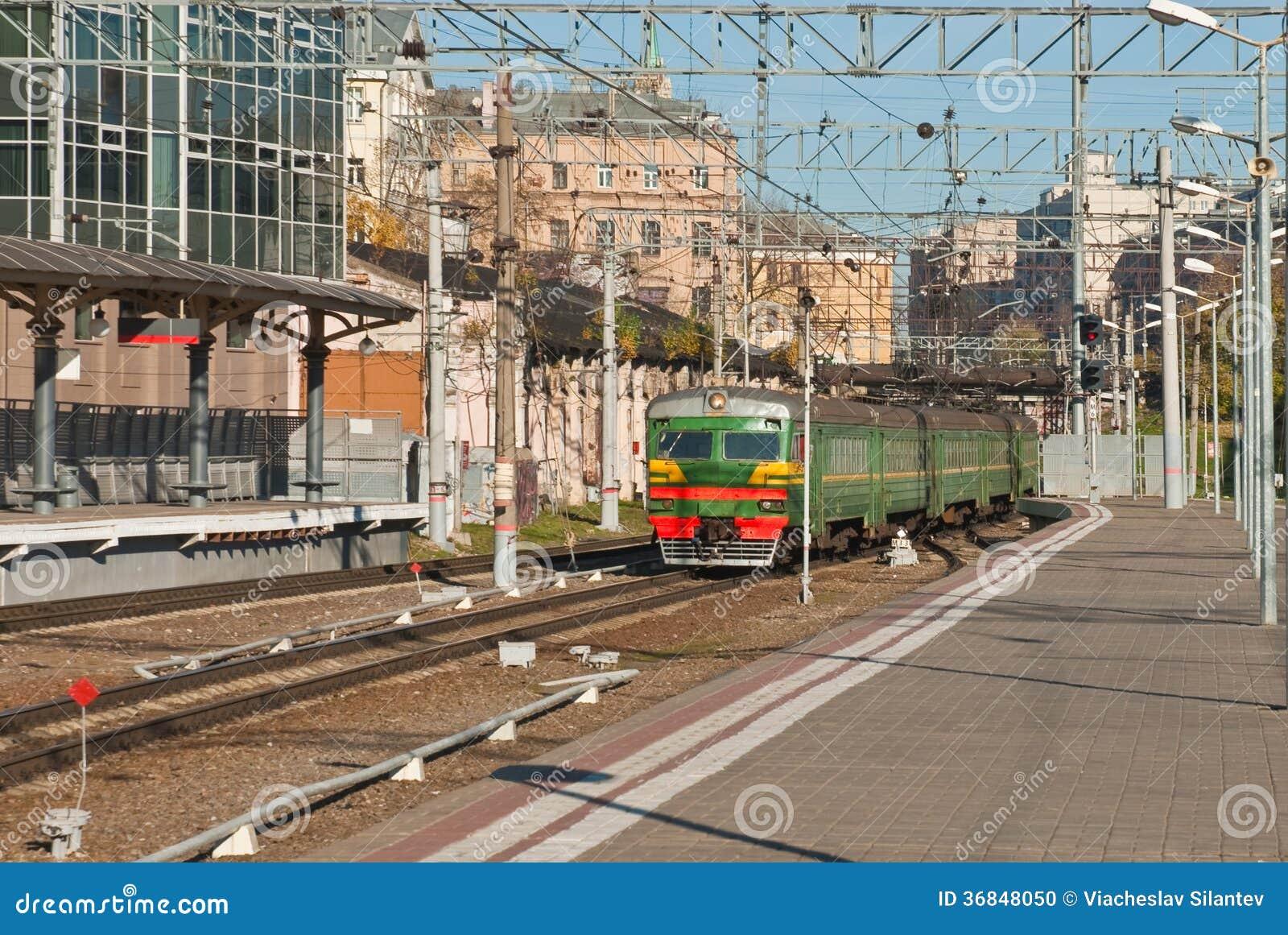 Pociąg przyjeżdża przy stacją kolejową