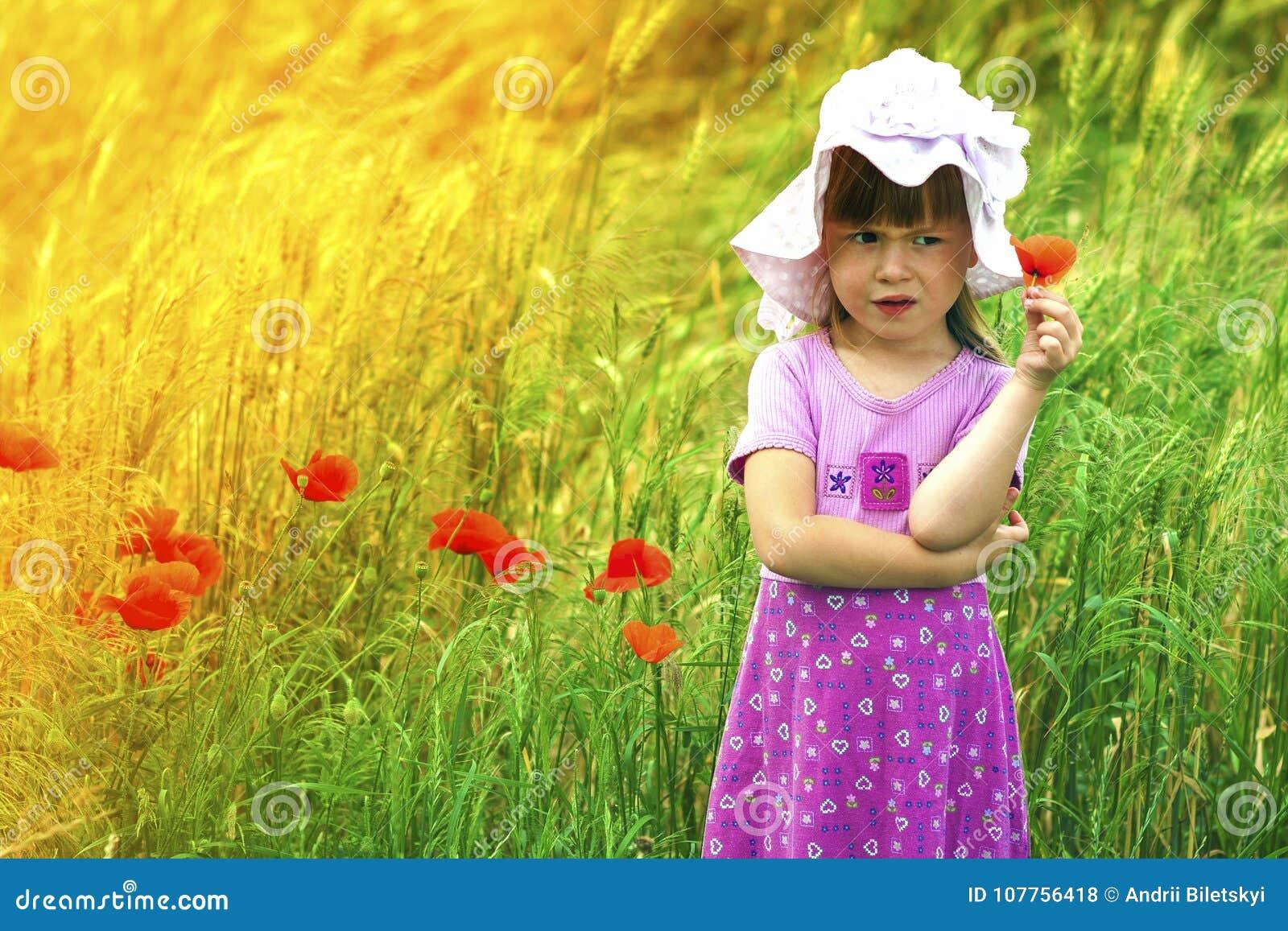 Poco descontentó y descontentó a la muchacha linda con la flor roja