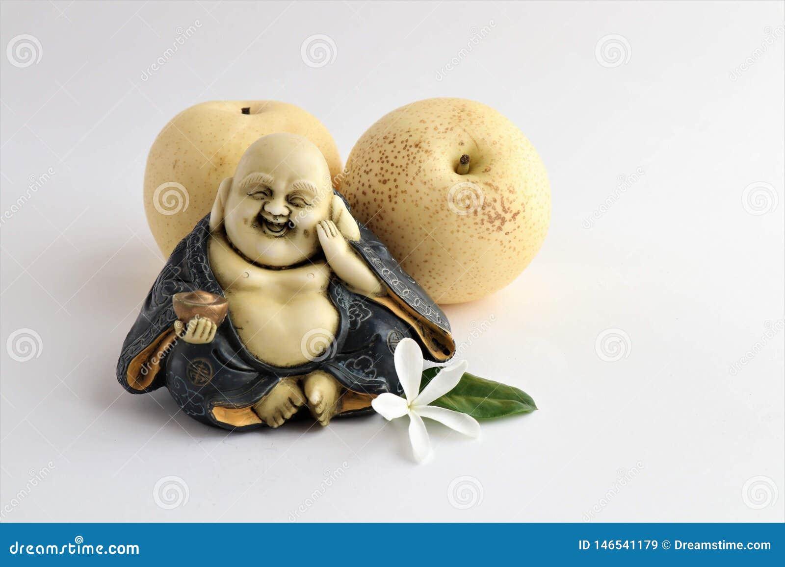 Poco estatua de reír a Buda con las peras