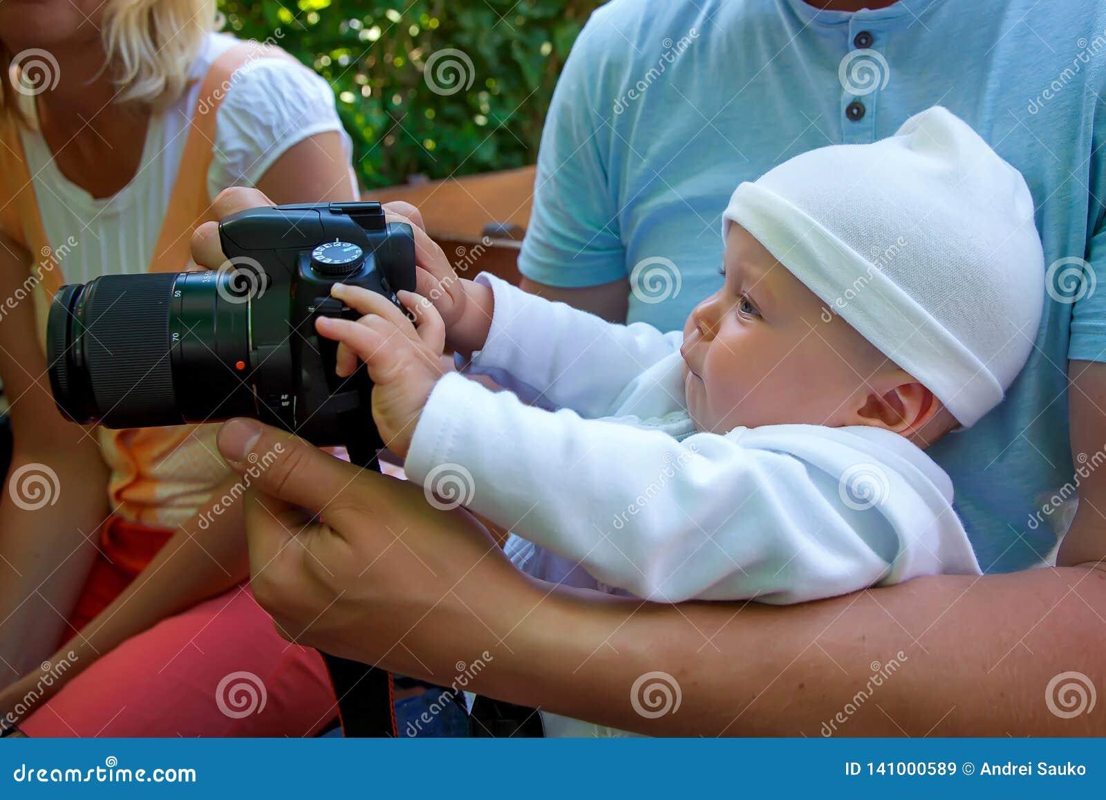 Poco fotógrafo con una cámara grande
