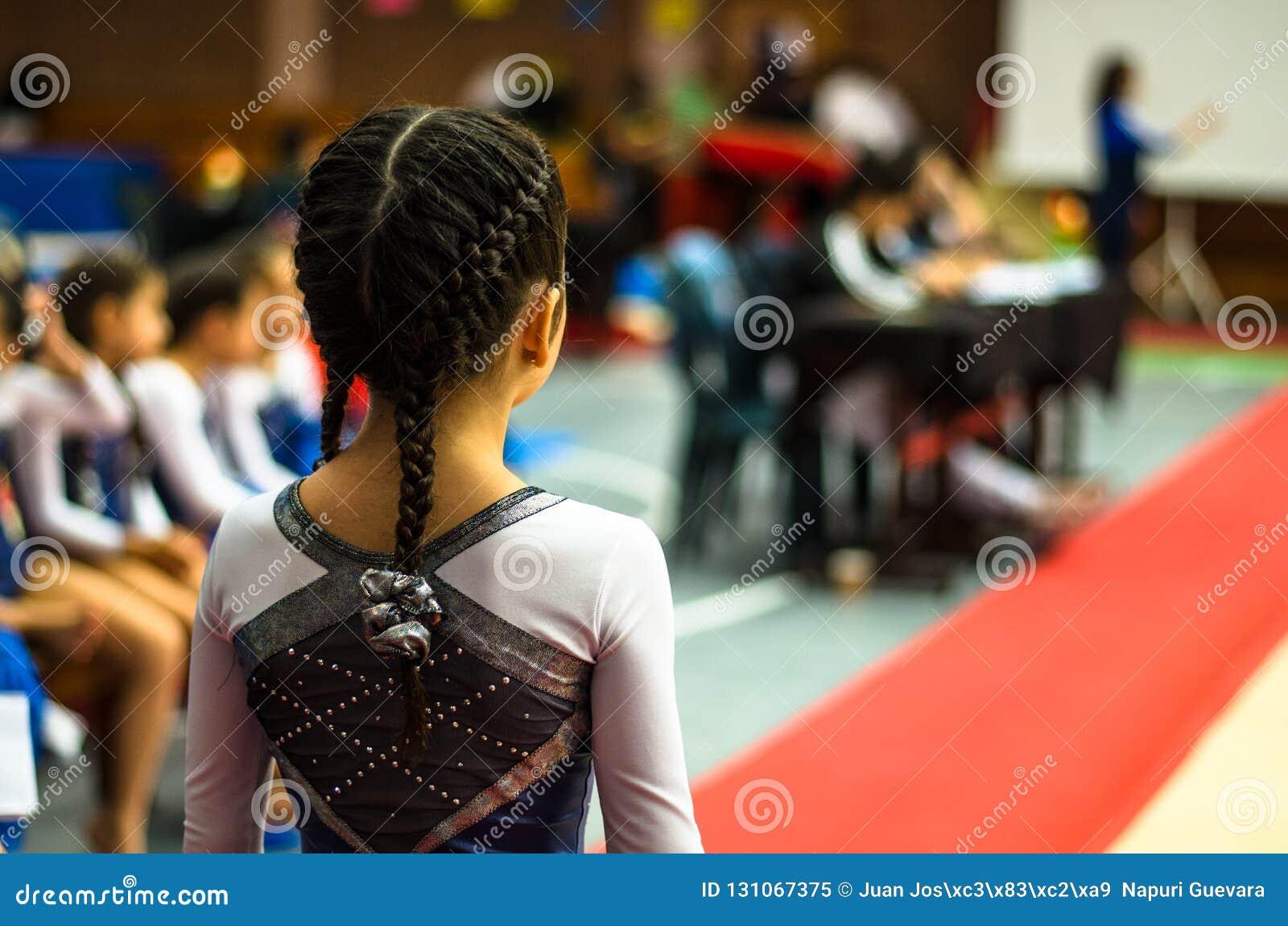 Poco gimnasta que agita al público en una competencia