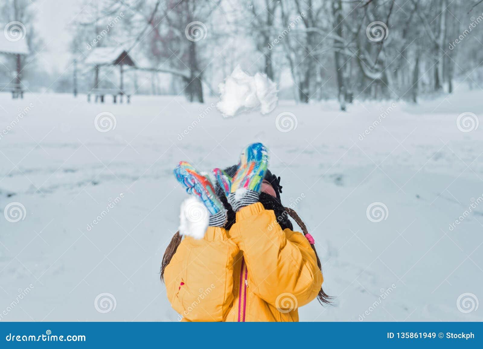 Poco girlwith lanza invierno de la nieve