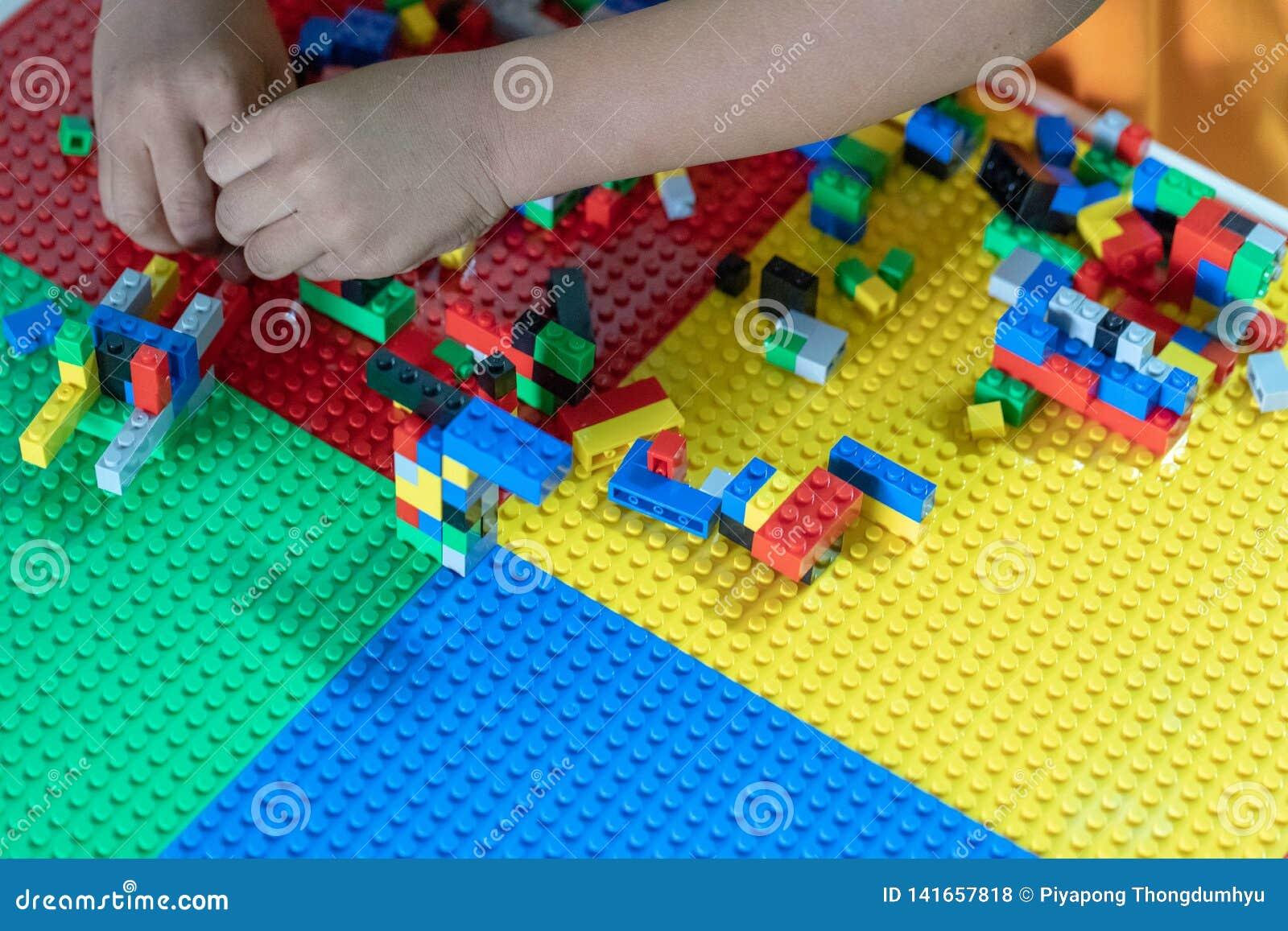 Poco los niños está jugando los juguetes en la casa